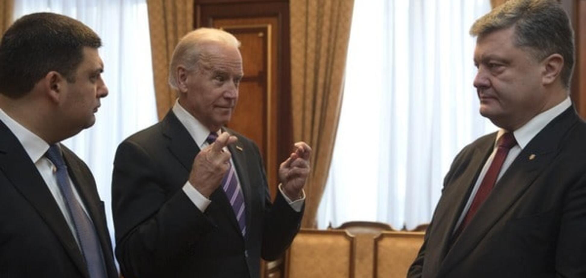 Фото дня: Байден показав Порошенку і Гройсману дивну фігуру з трьох пальців