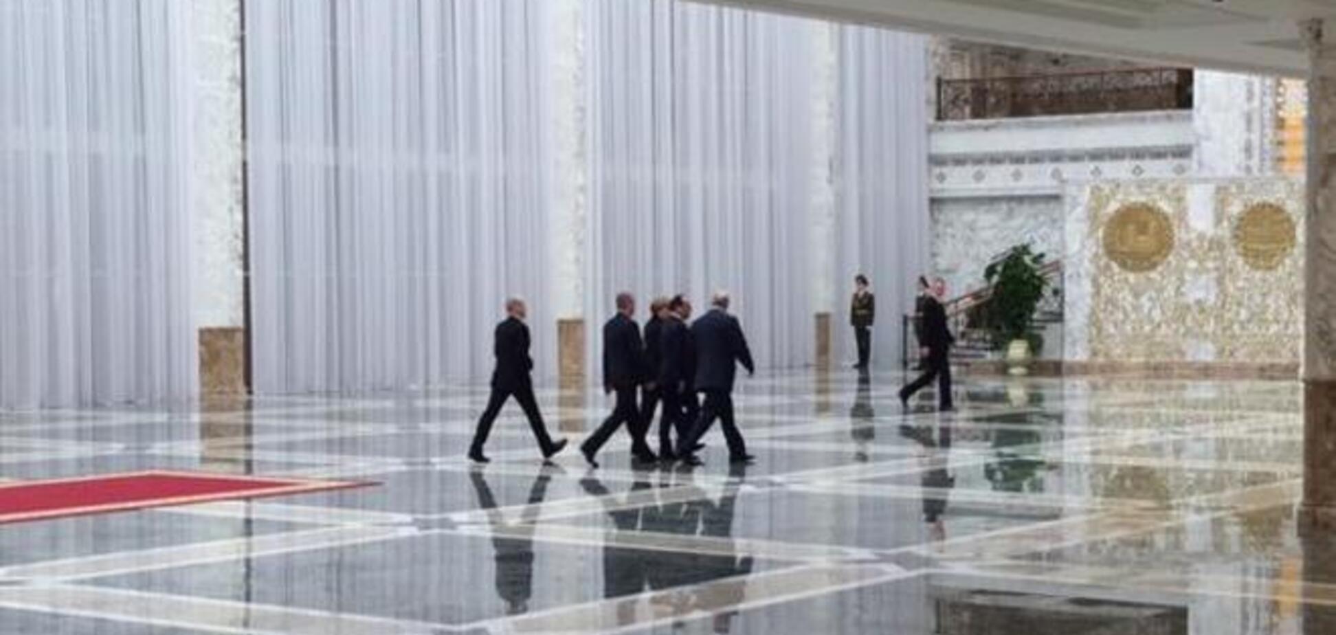 Олланд и Меркель и Порошенко решили переговорить перед встречей с Путиным
