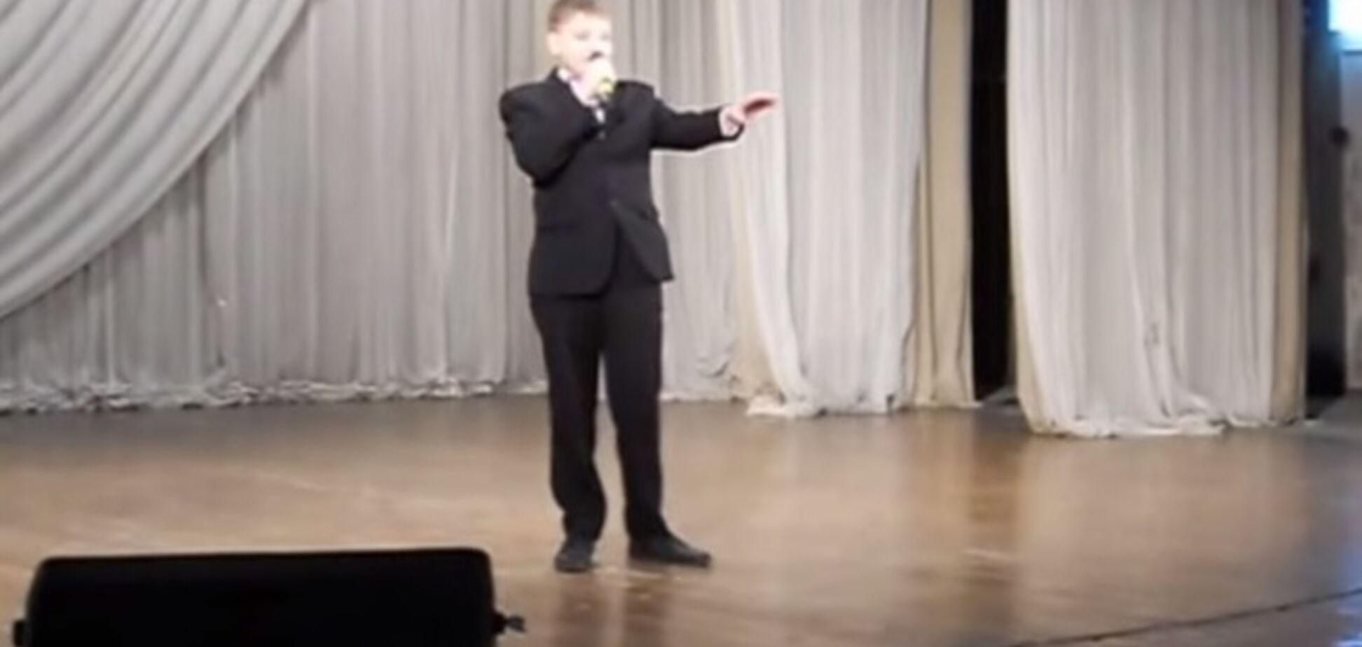 Школьник спел песню о Путине, который спас Россию от 'кровожадной орлицы с Запада'. Видео 'хита'