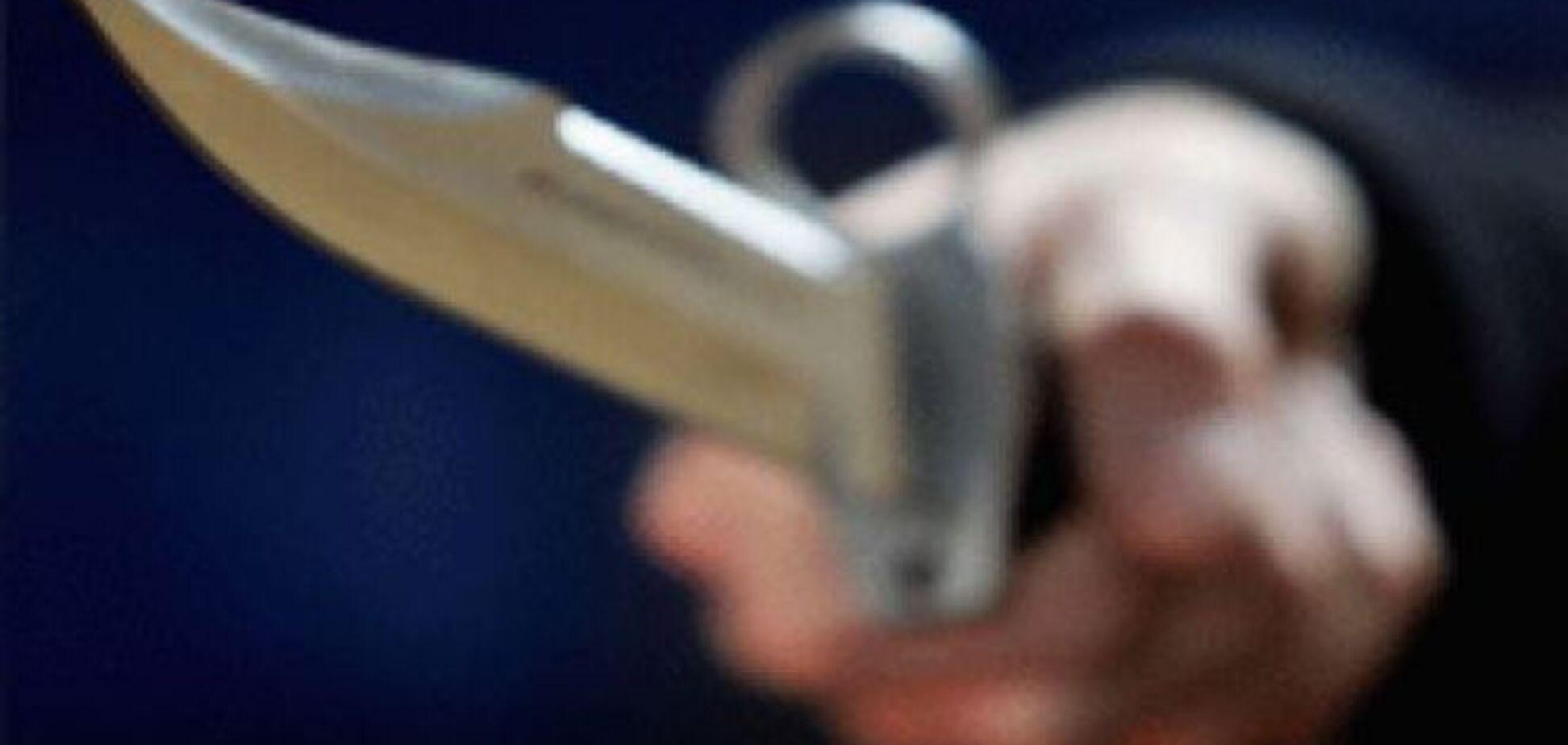 ЧП в Киеве: неизвестные тяжело ранили ножом 13-летнего ребенка и мужчину