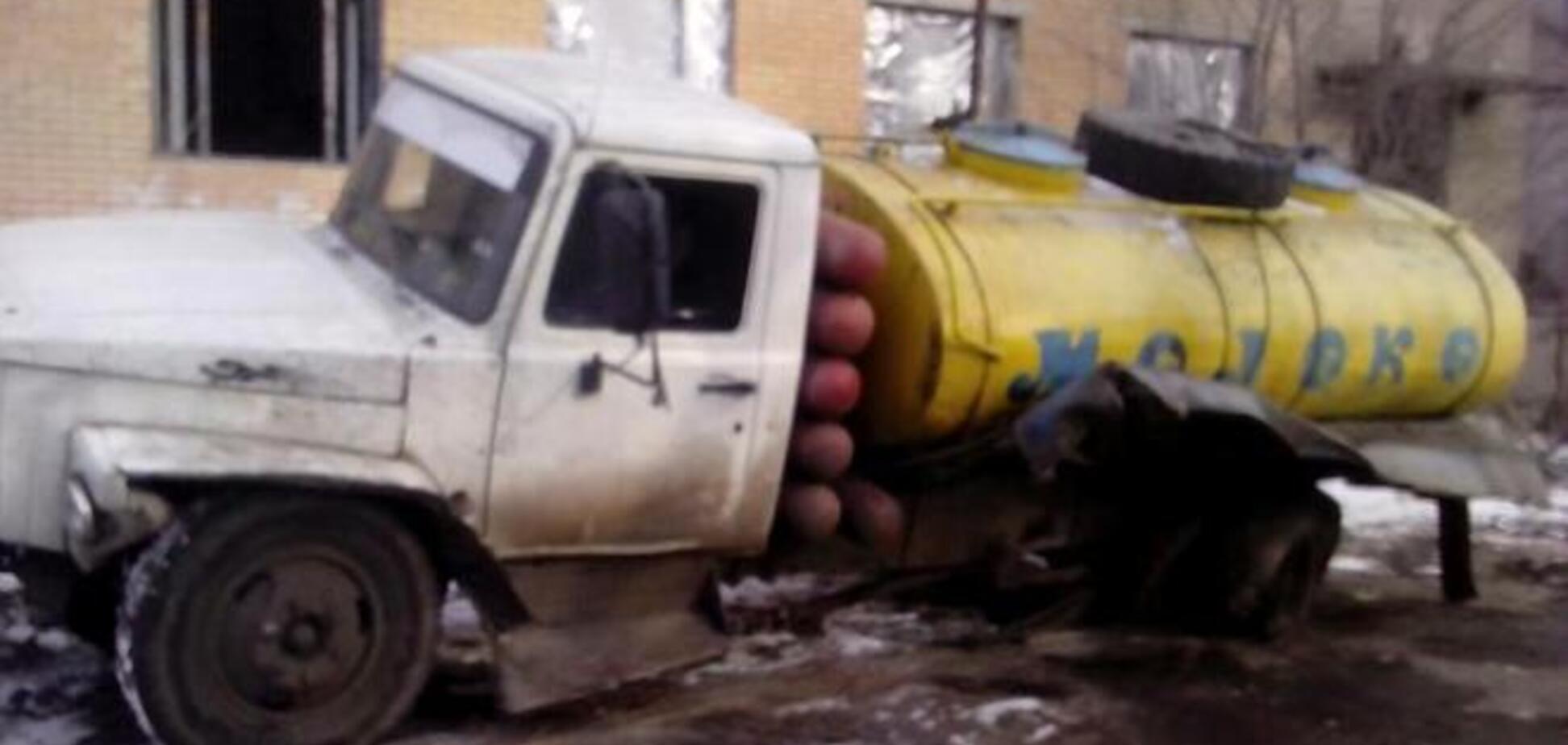 Боевики уничтожили молоковоз, которым доставляли воду бойцам АТО: фотофакт