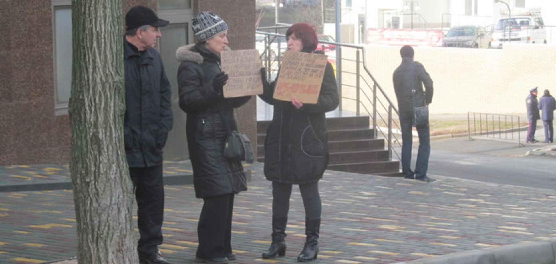 Одесситы принесли в генконсульство России унитаз и повестку в 'народный трибунал': фотофакт