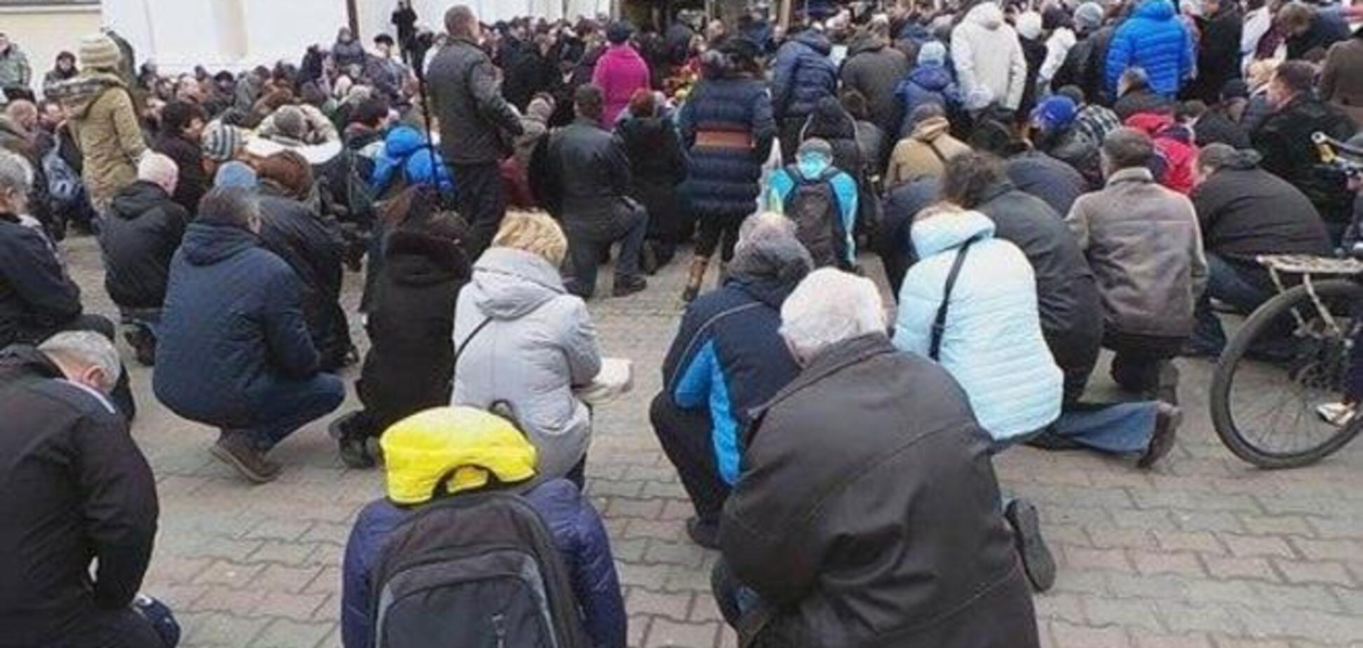 Одесса встала на колени перед замученным боевиками бойцом АТО: фотофакт