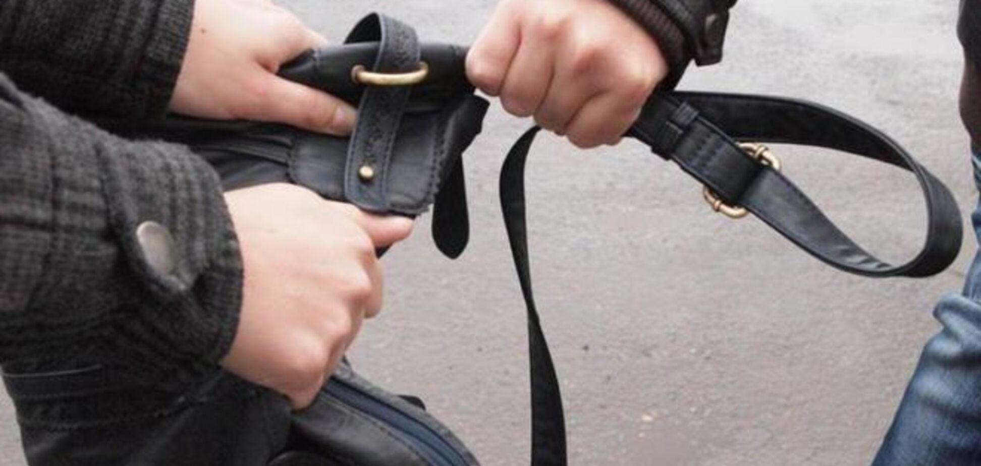 В Киеве грабитель сломал ногу, убегая с деньгами от милиции