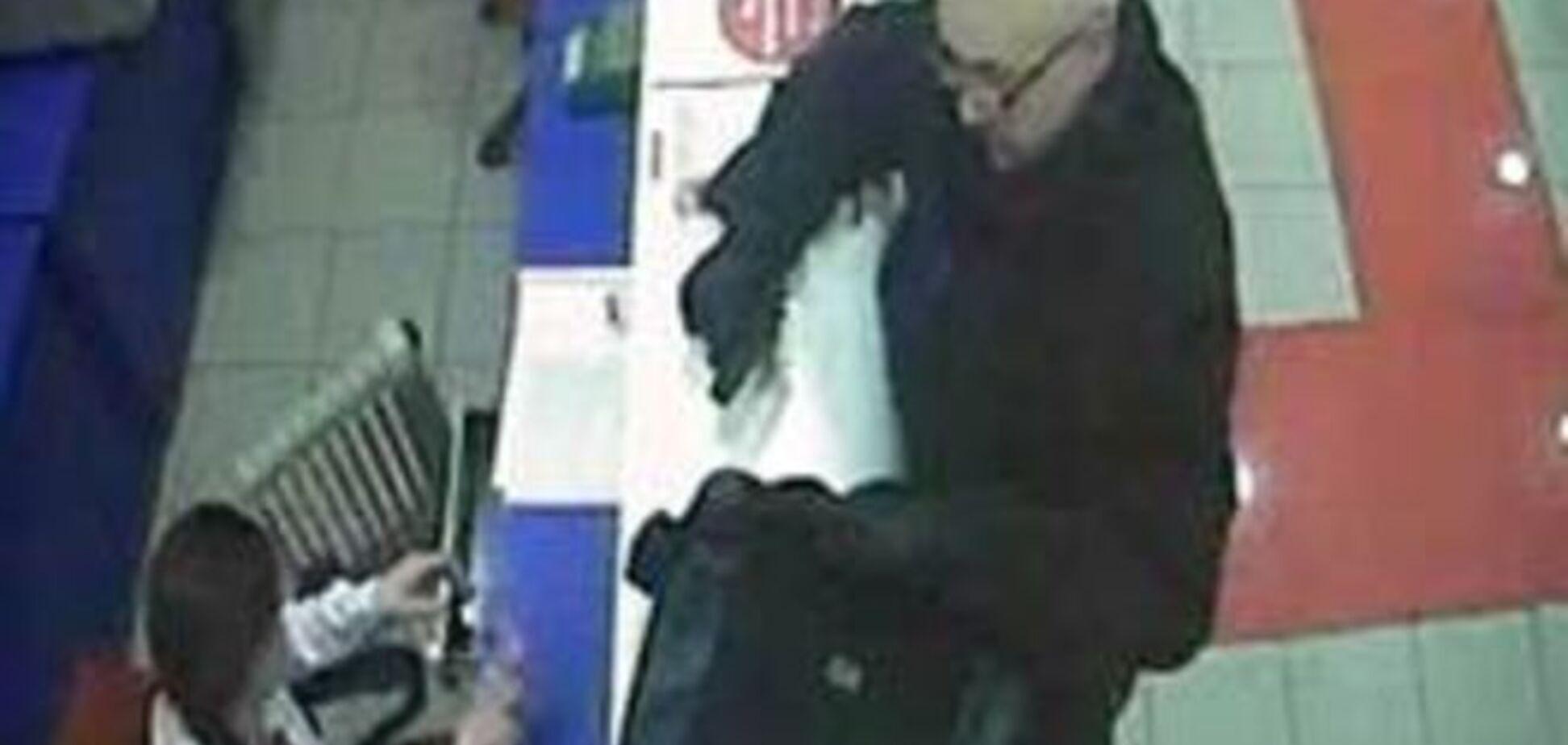 В Киеве разыскивают 'конфетного' грабителя банков: опубликовано видео с камер наблюдения