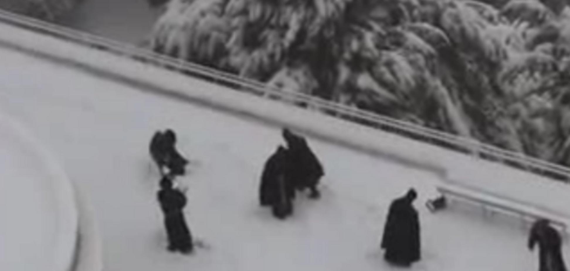 Монахи тоже играют в снежки
