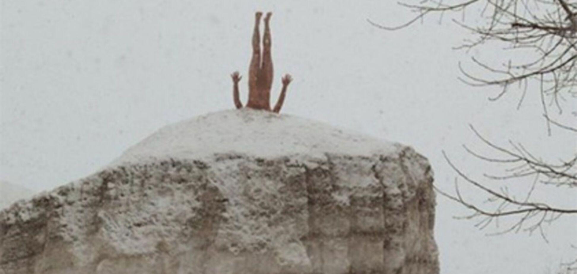 В Воронеже голый художник воткнулся головой в сугроб, чтобы стать похожим на дерево: фотофакт
