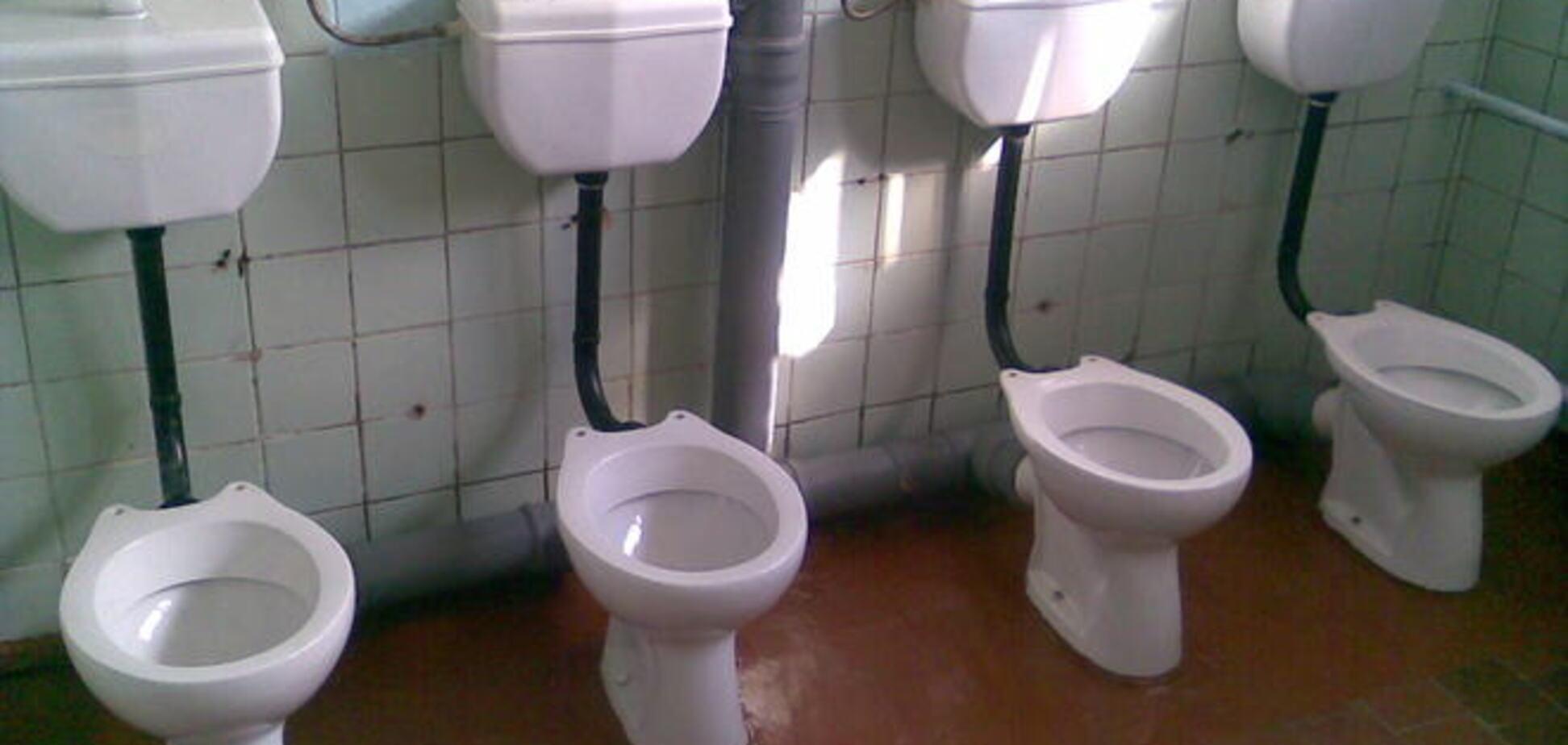 В России учительница подала в суд на коллегу из-за отказа смывать за собой в школьном туалете