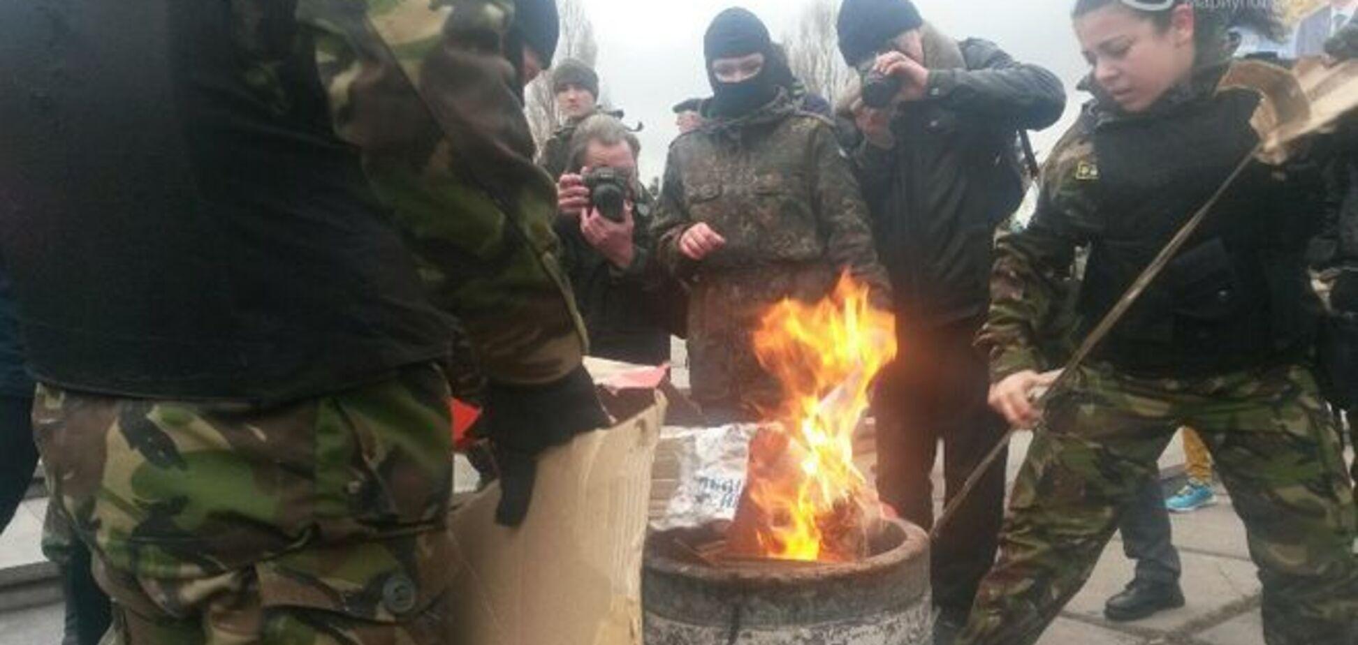 В Мариуполе торжественно сожгли гроб с 'Путиным': опубликованы фото