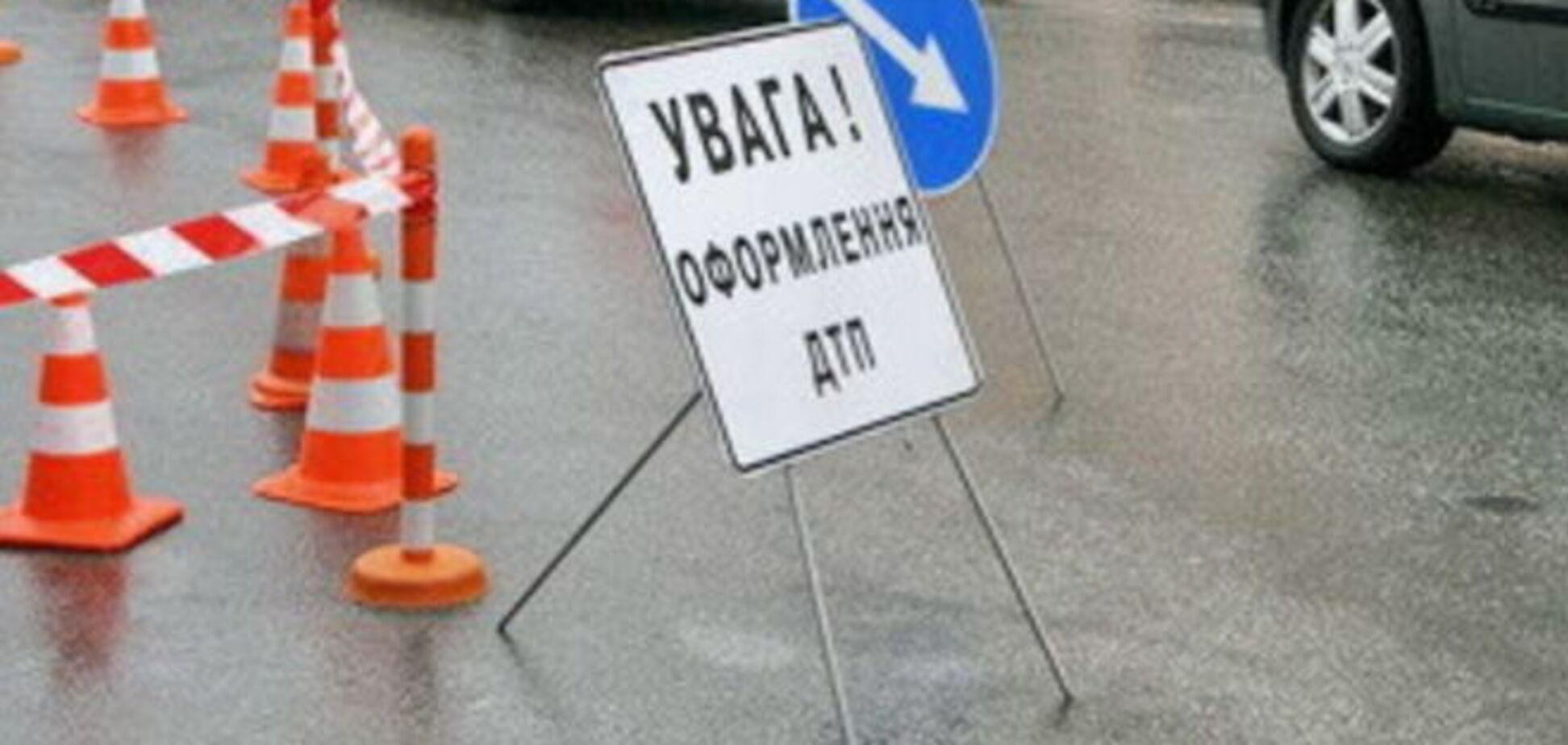 В Киеве на пешеходном переходе маршрутка сбила девушку