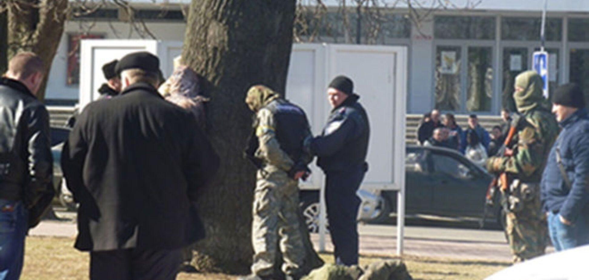 В Хмельницком задержаны 'бойцы', перевозившие арсенал оружия: фотофакт
