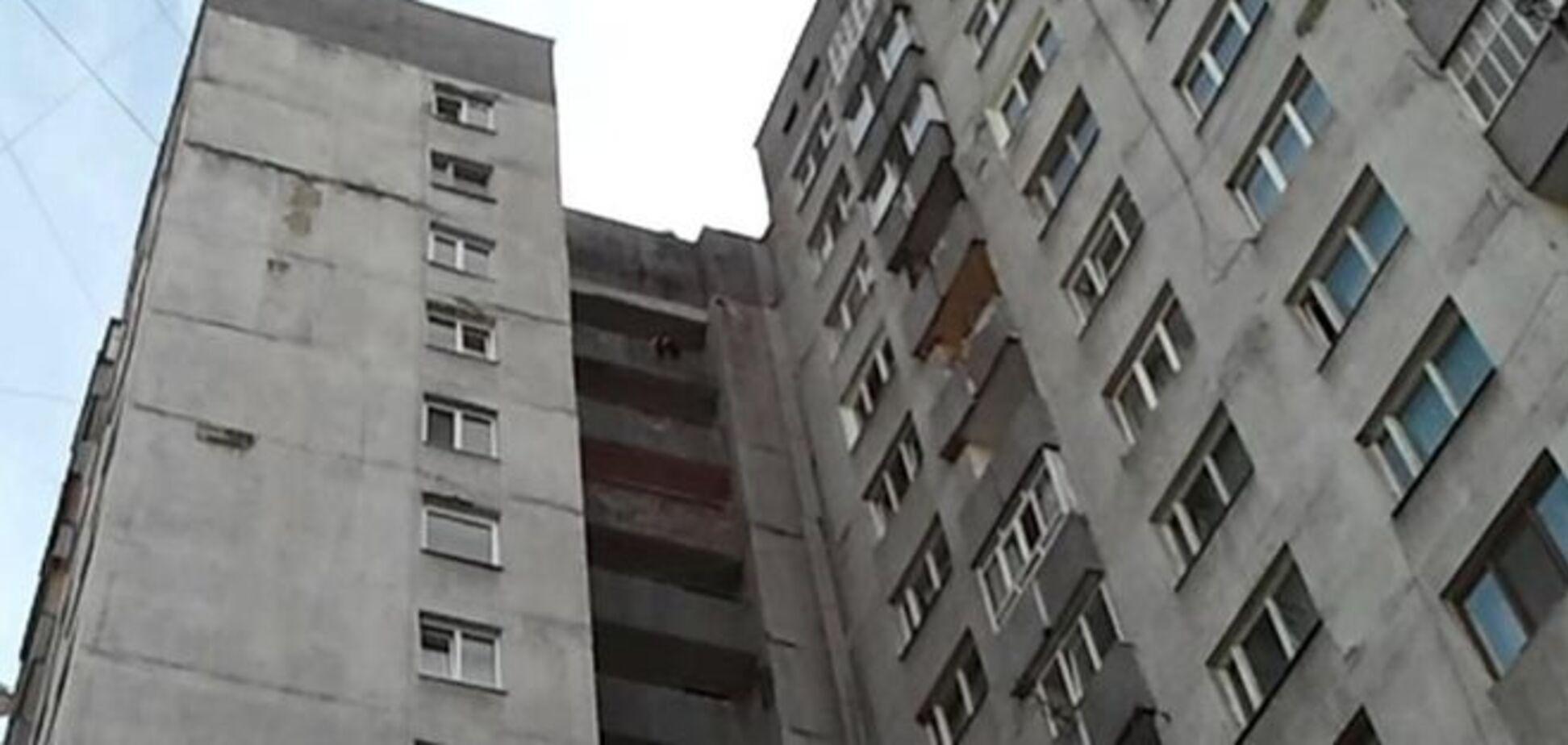 В Киеве мужчина выпал из окна многоэтажки и погиб