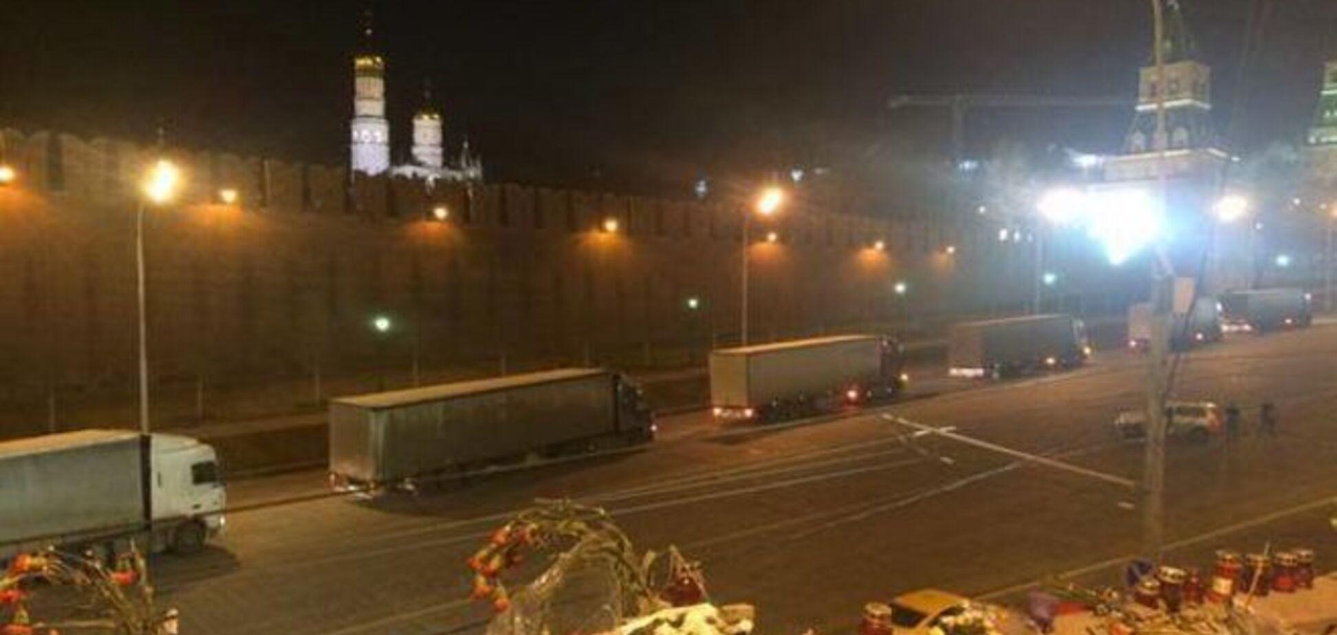 Соцсети взбудоражены появлением колонны фур под стенами Кремля: фотофакт
