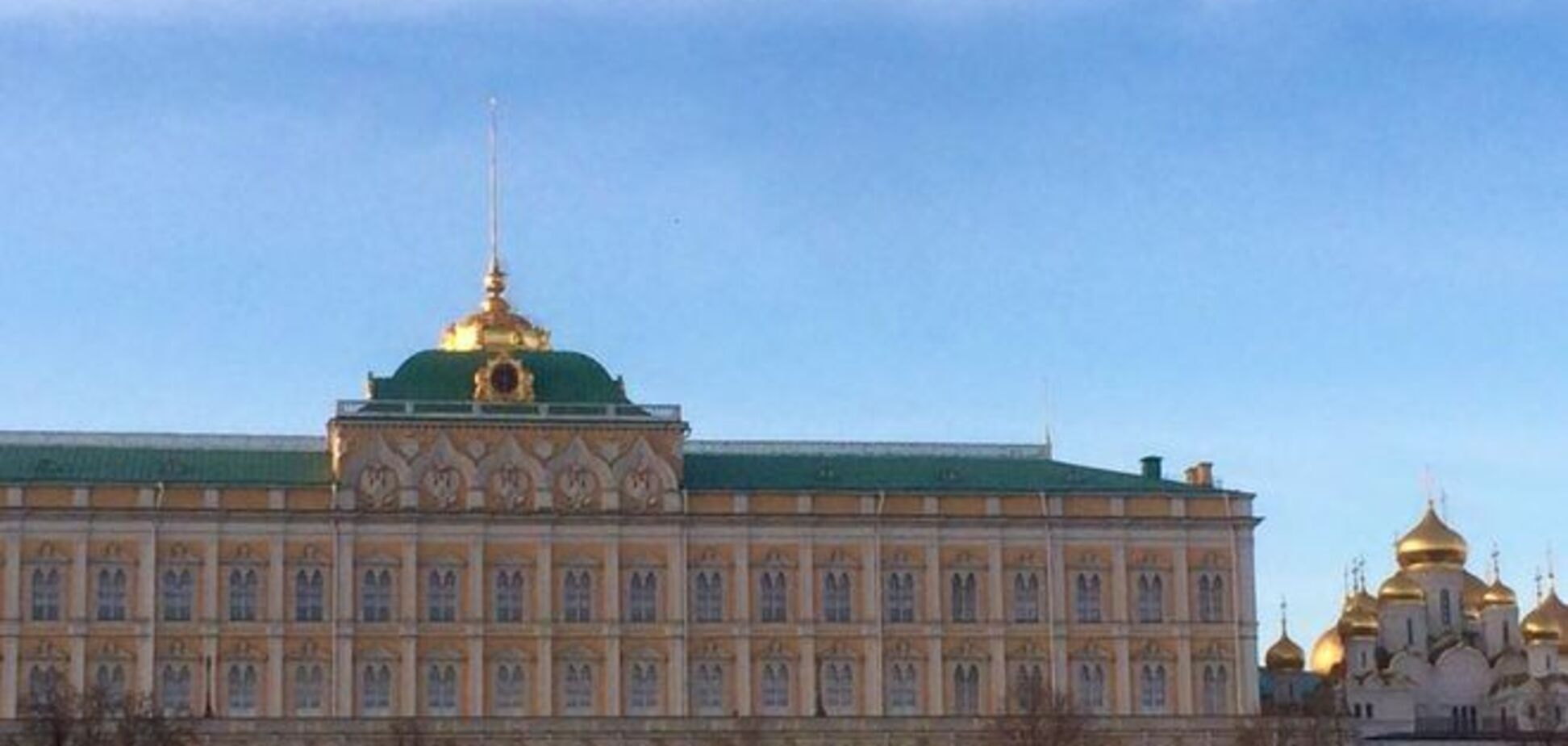 На украинский меняют? Пользователи соцсетей гадают, почему пропал флаг на шпиле Большого Кремлёвского дворца: фотофакт