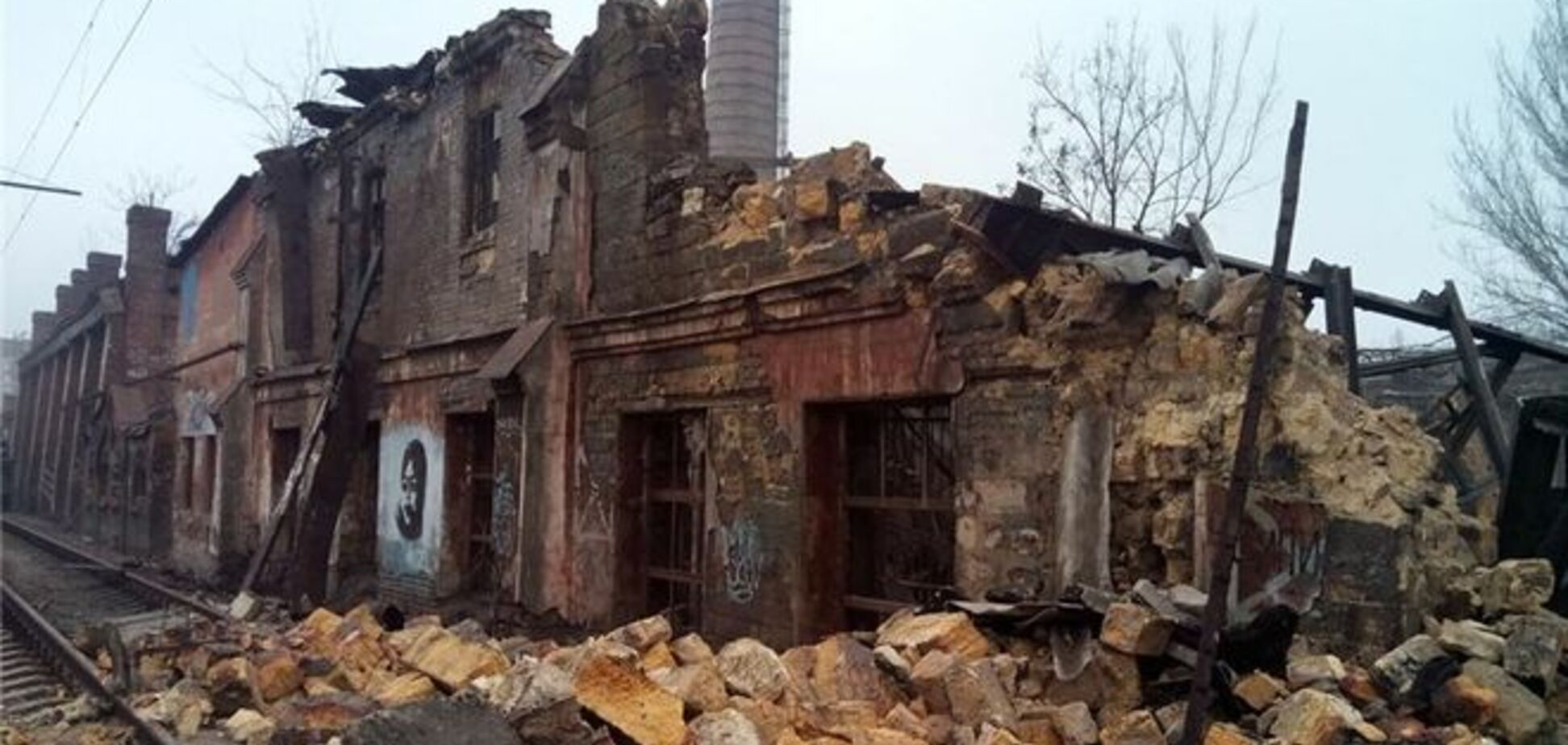 В Одессе на железнодорожные пути обрушилось здание во время движения 'Интерсити': фотофакт