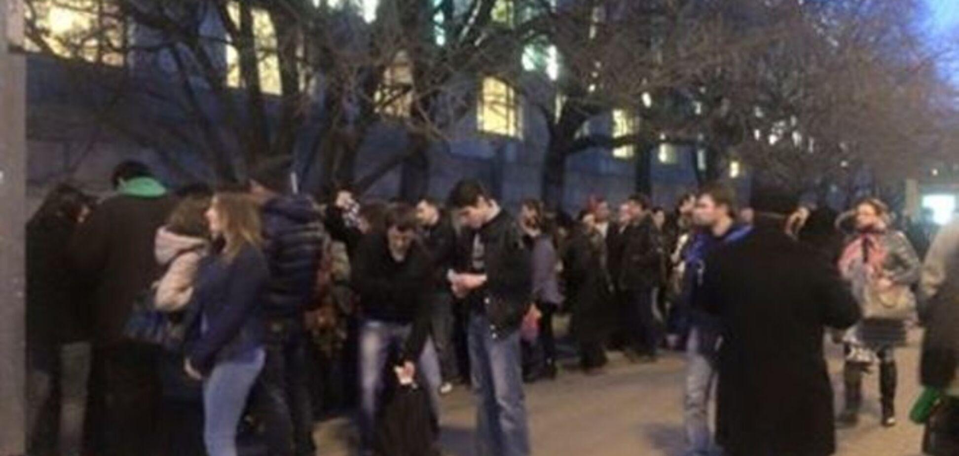 Москвичі вишикувалися в чергу за грошима після 'кримського шабашу': фотофакт