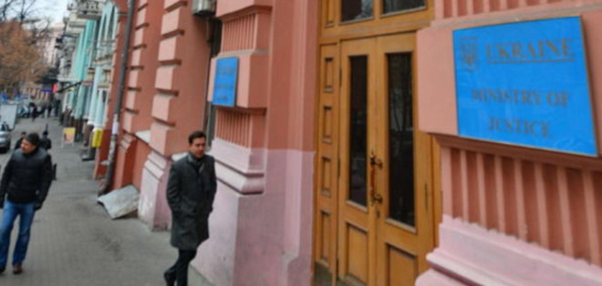 Чиновник Мін'юсту попався на хабарі в 100 тис. грн