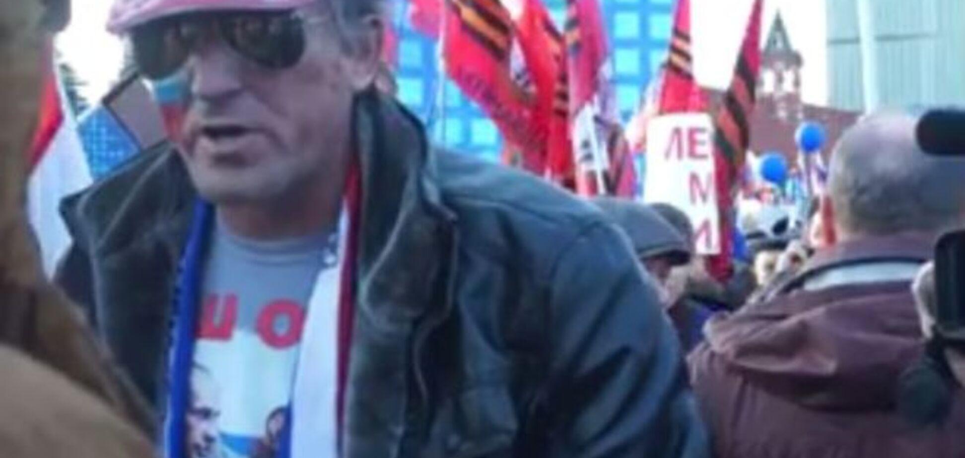 Эпичное видео: россиянин пытается объяснить поклоннику Кремля, что топтать флаг США - нехорошо
