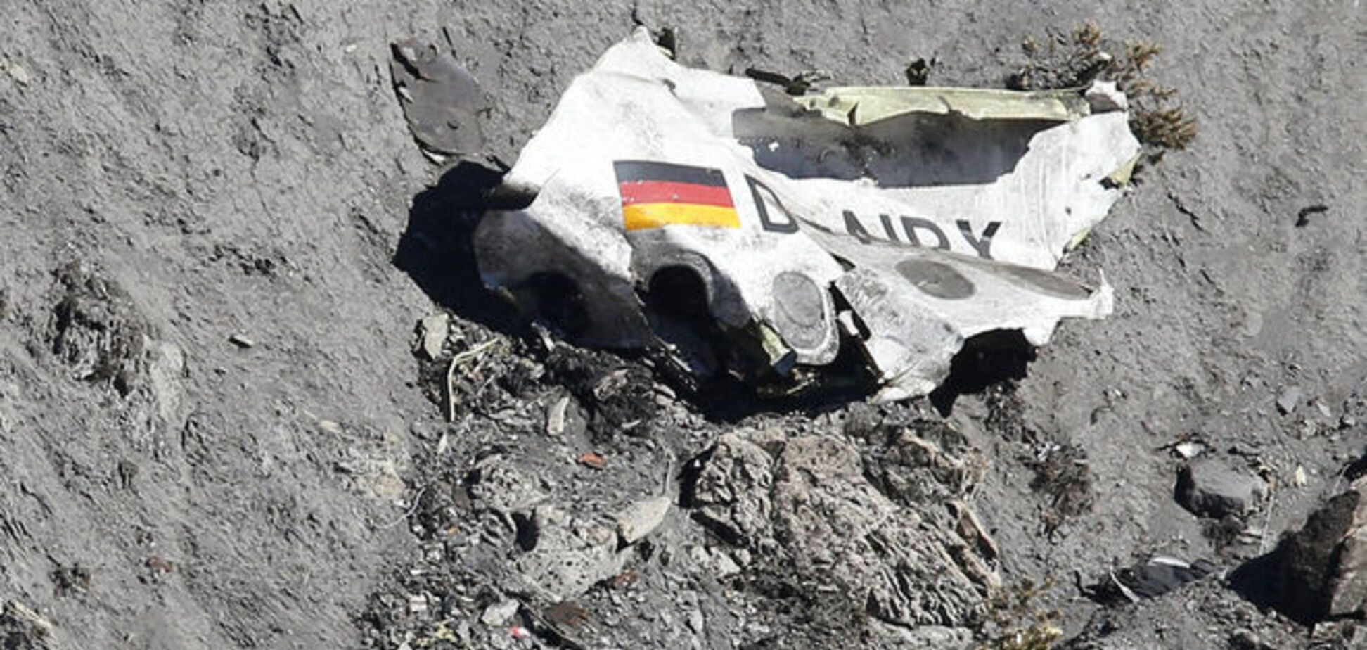 Командир разбившегося Airbus пытался топором выломать дверь в кабину пилотов
