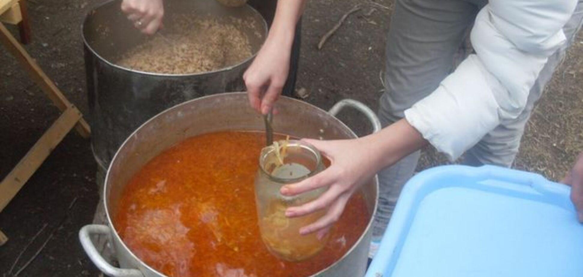 Блеск и нищета 'ЛНР'. Голодные луганчане выстроились в длинную очередь за бесплатным борщом и кашей: фотофакт