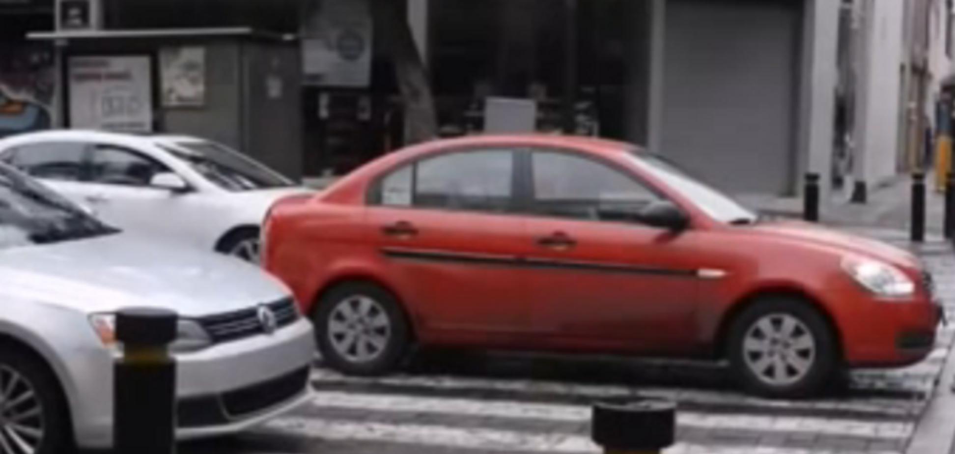 Пешеход решил проучить водителя. Опубликовано видео