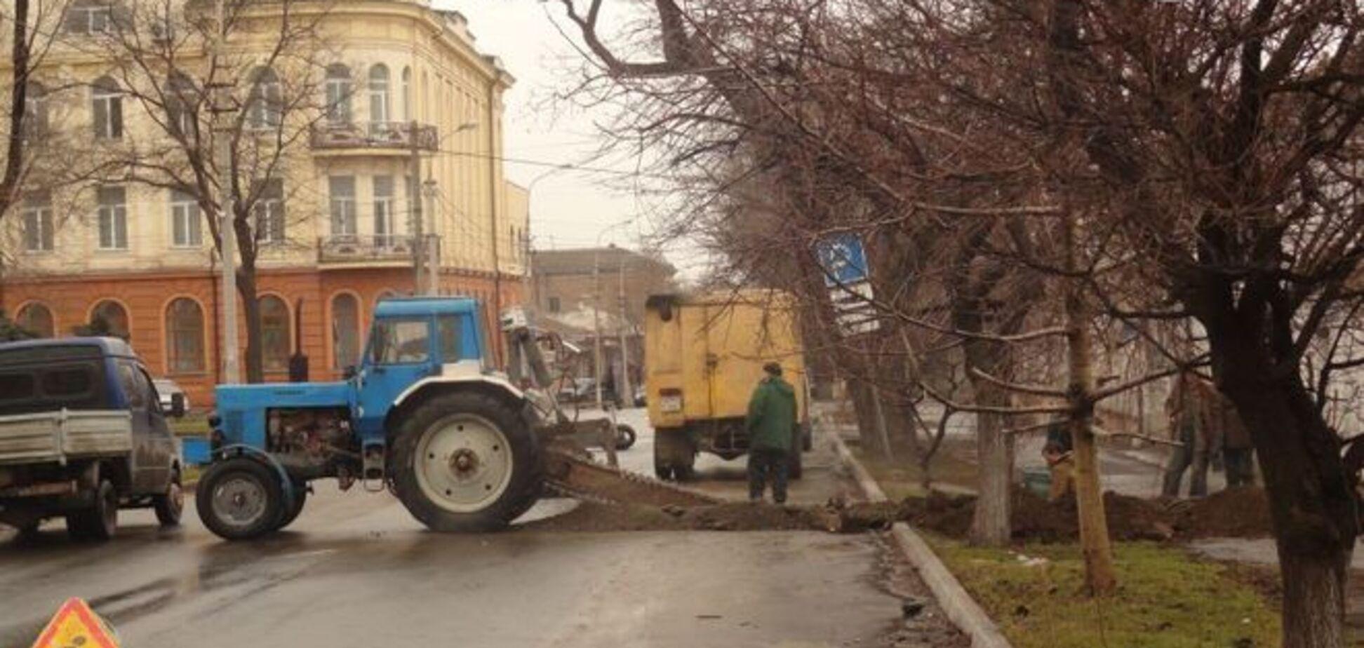 В Мариуполе распилили пополам дорогу, чтобы достать 'антикварную' трубу: фотофакт
