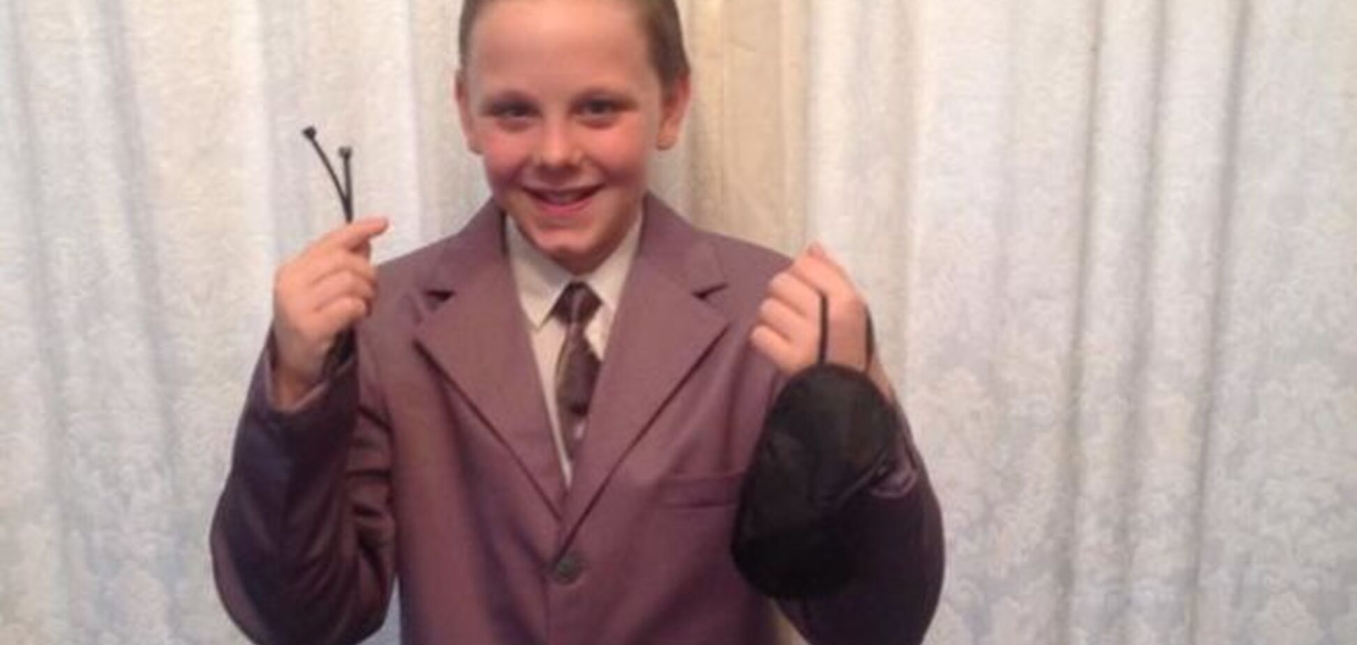 11-летний мальчик шокировал школу костюмом из '50 оттенков серого': фотофакт