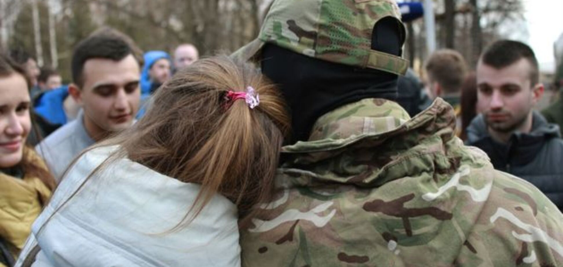 В Киеве на передовую отправили 65 добровольцев 'Азова': трогательные фото расставания