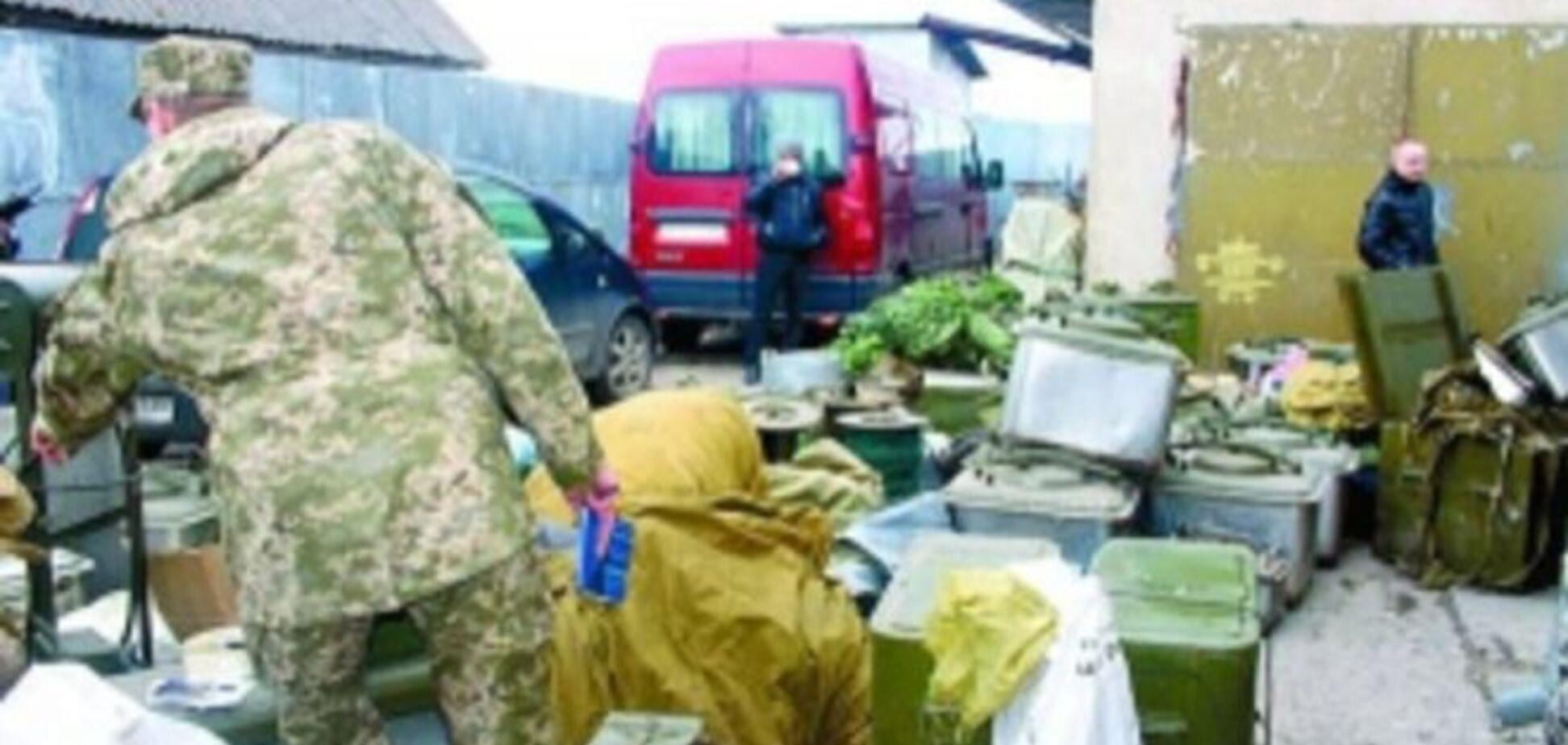 'Все в дом': начальник вещной службы 'насобирал' три грузовика с военным имуществом