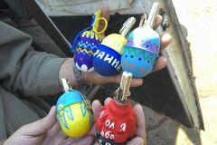 'Подарок' боевикам. Бойцы АТО превратили гранаты в писанки: фотофакт