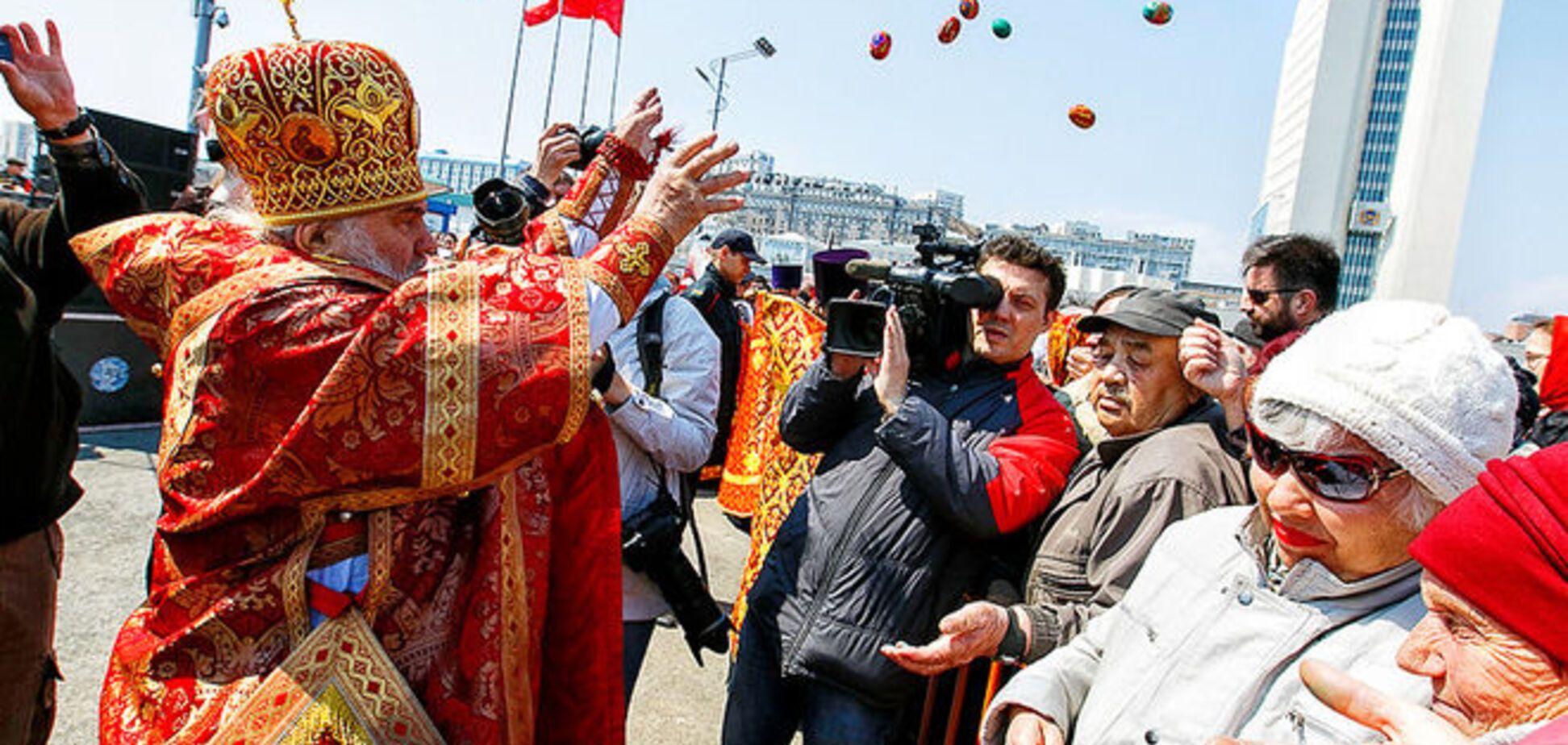 Лопаты отдыхают! В России митрополит во время молебна бросал яйца в толпу. Фотофакт