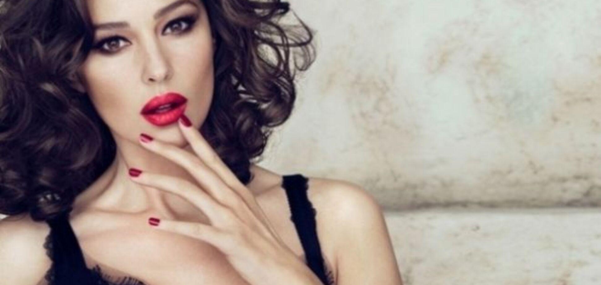 Моника Беллуччи обнажила грудь на людях