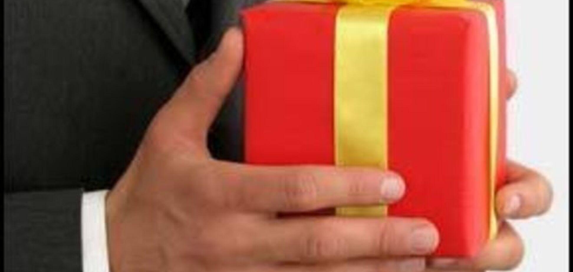 Кабмин предложил Раде освободить от налога подарки государству