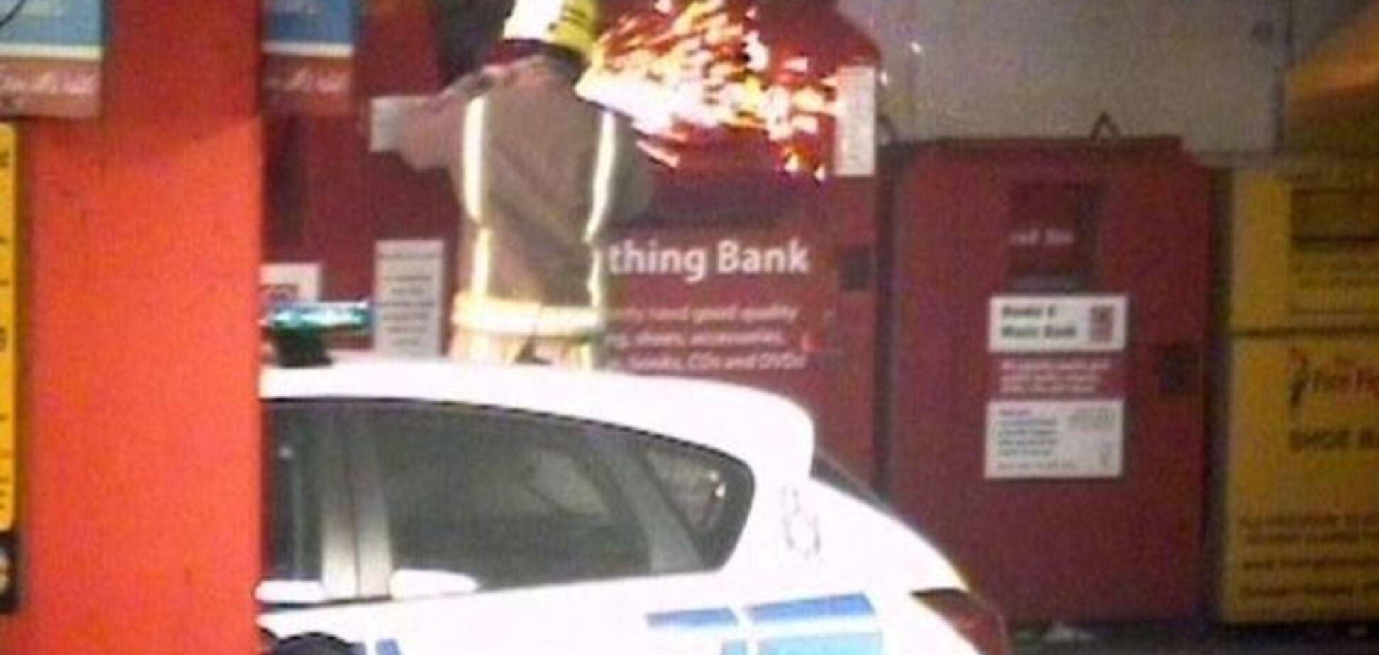 В Британии горе-вор застрял в автомате для одежды. Фотофакт
