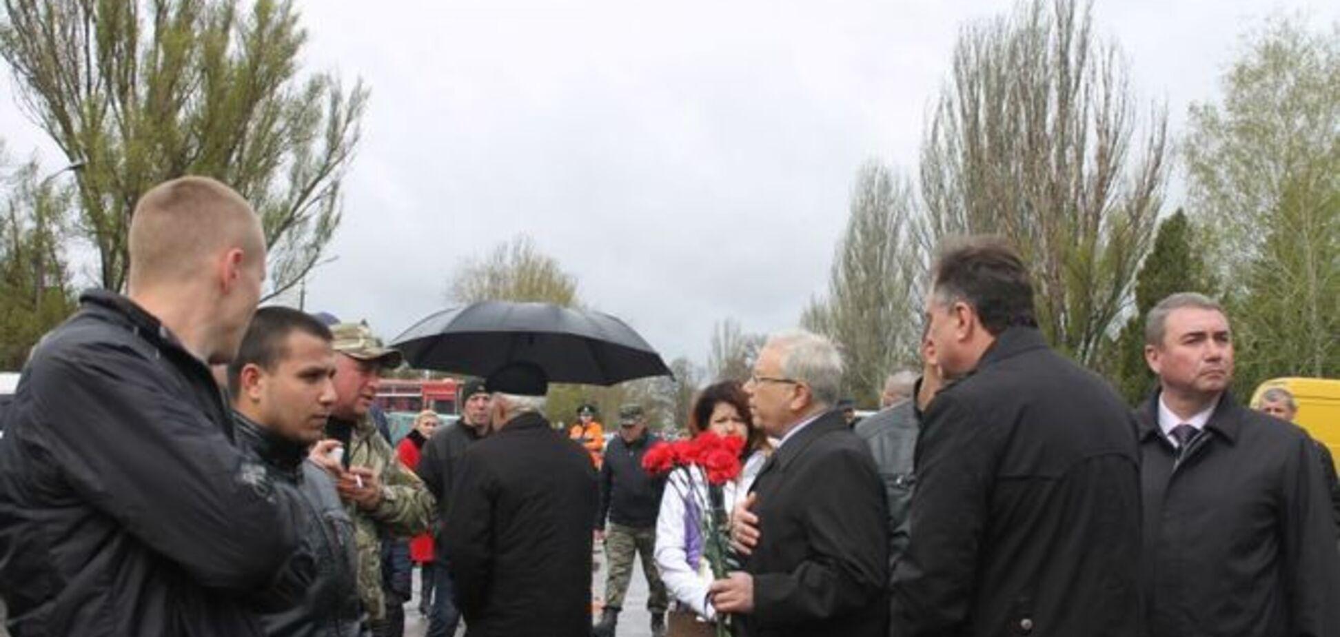 Отца Вилкула с дракой не пускали на панихиду по бойцам АТО: фото с места событий