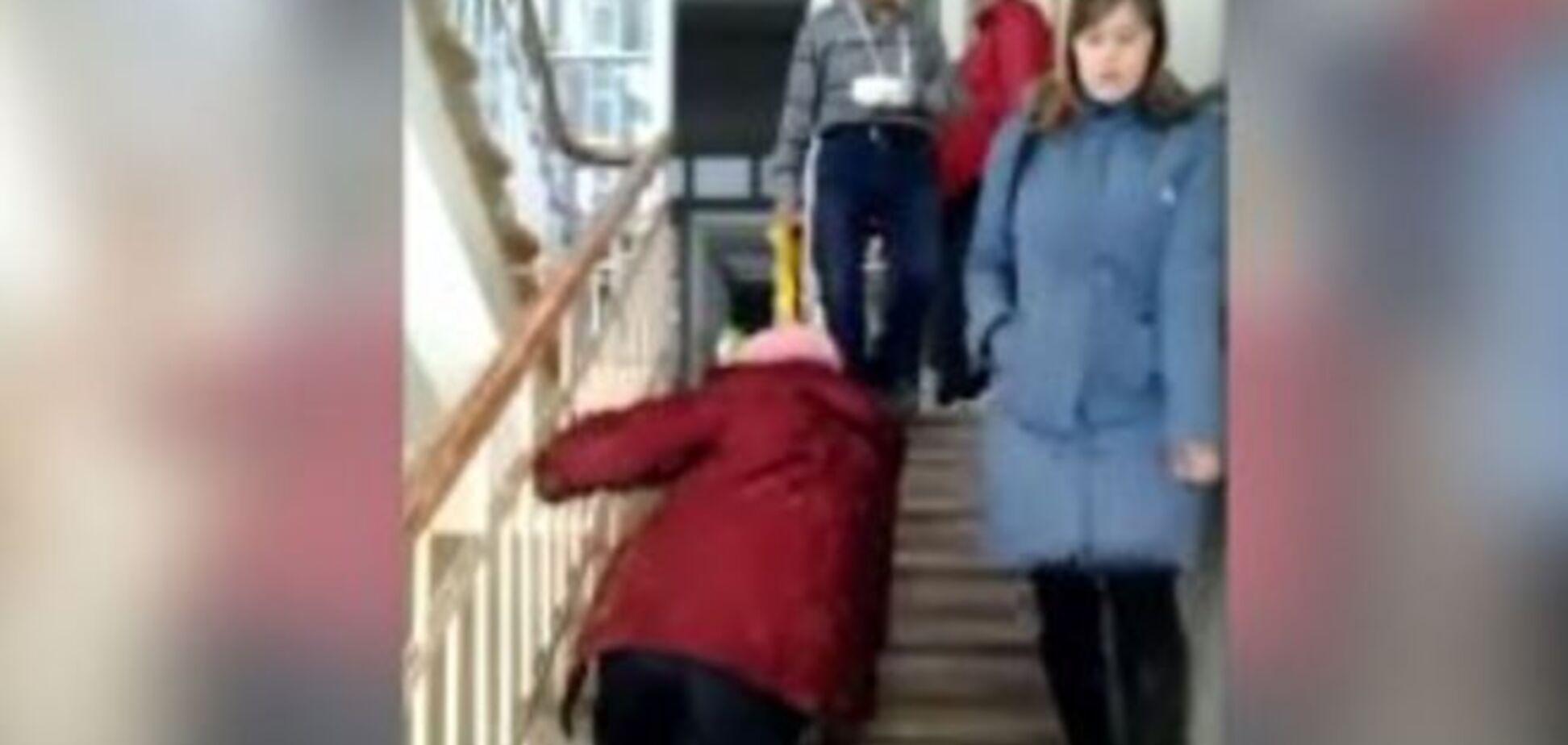 У Росії ветерану праці довелося повзти до лікаря зі зламаною ногою: шокуюче відео
