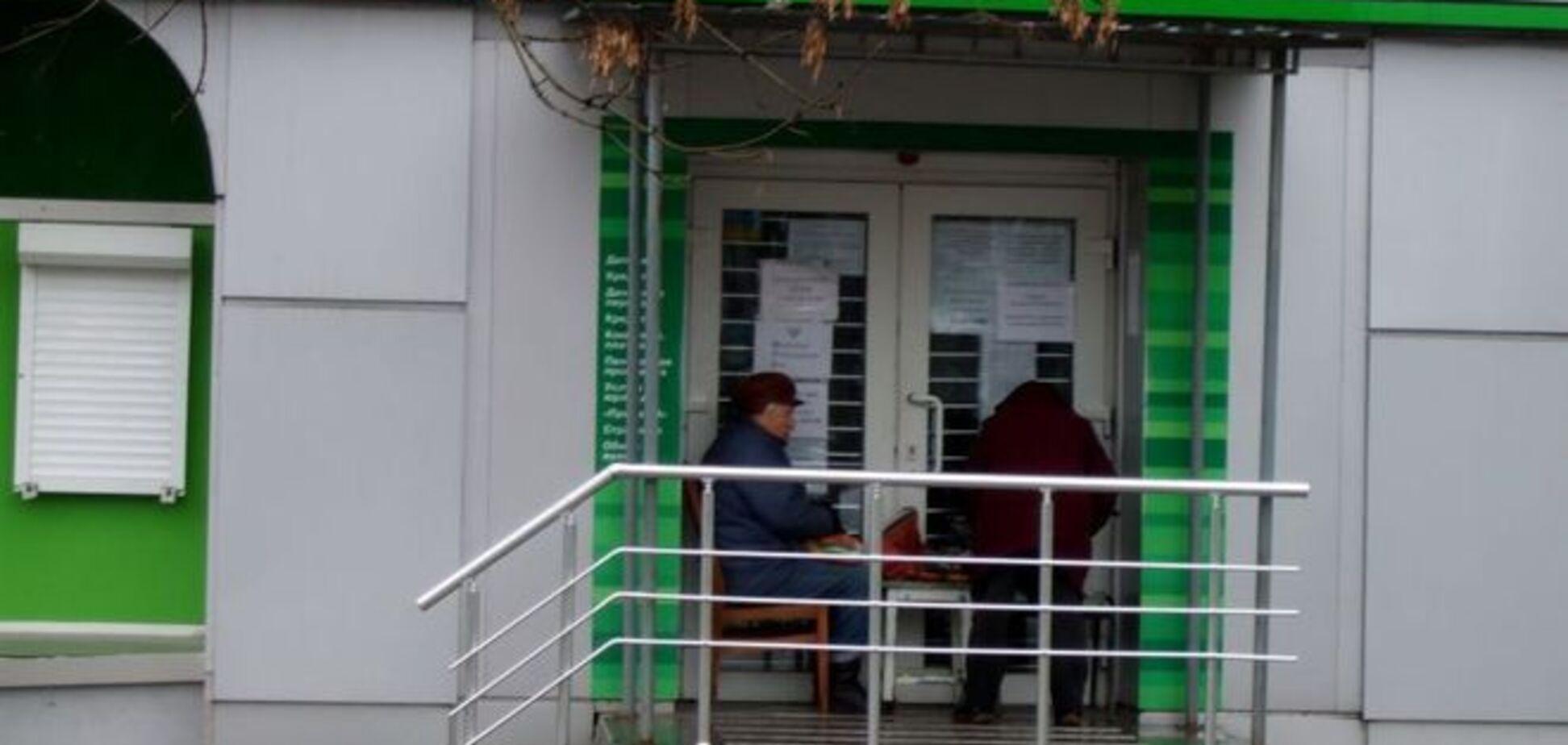У Донецьку люди похилого віку займають чергу за пенсіями з вечора: фотофакт