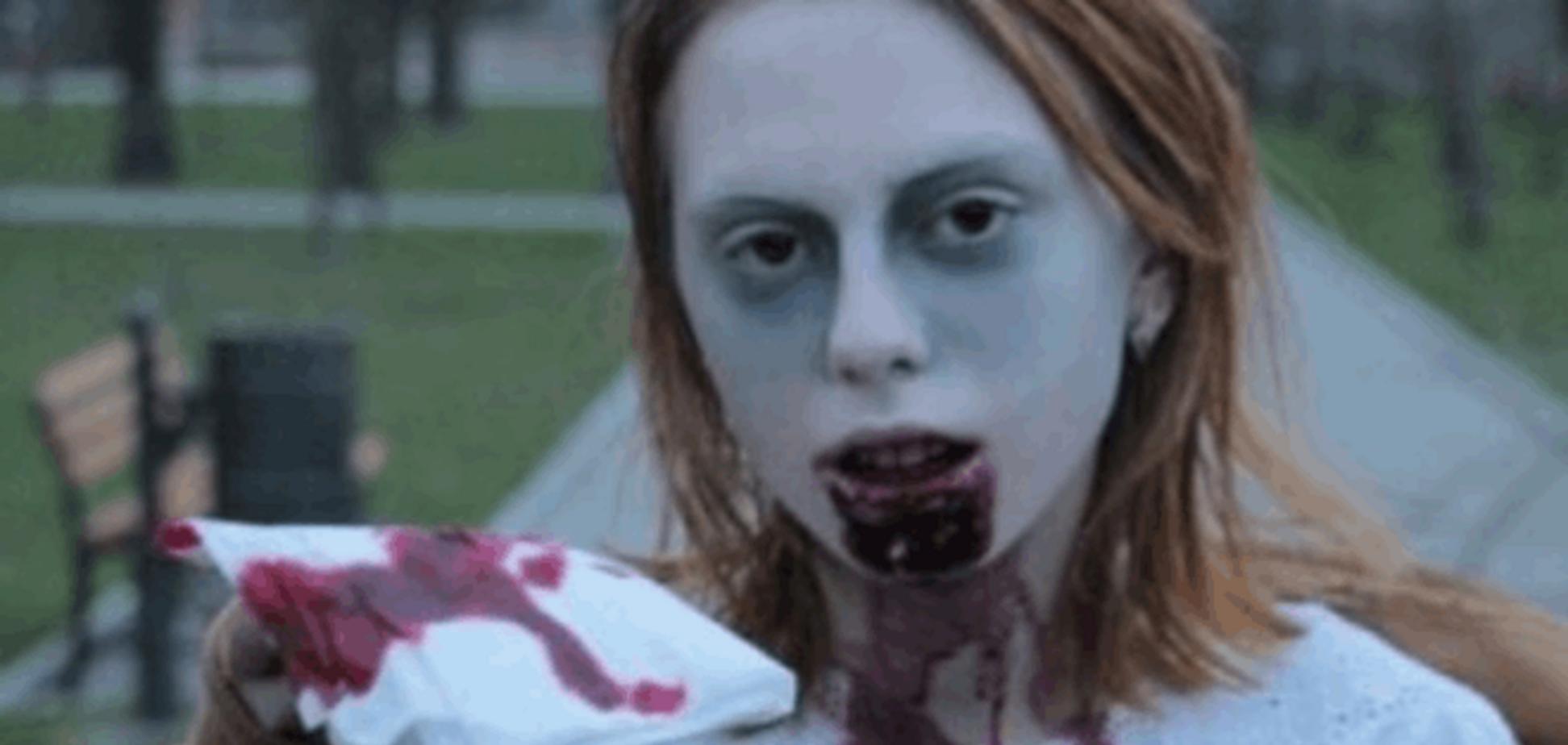 Кошмар на улице Одессы: окровавленная девушка-зомби распугала прохожих – леденящее видео