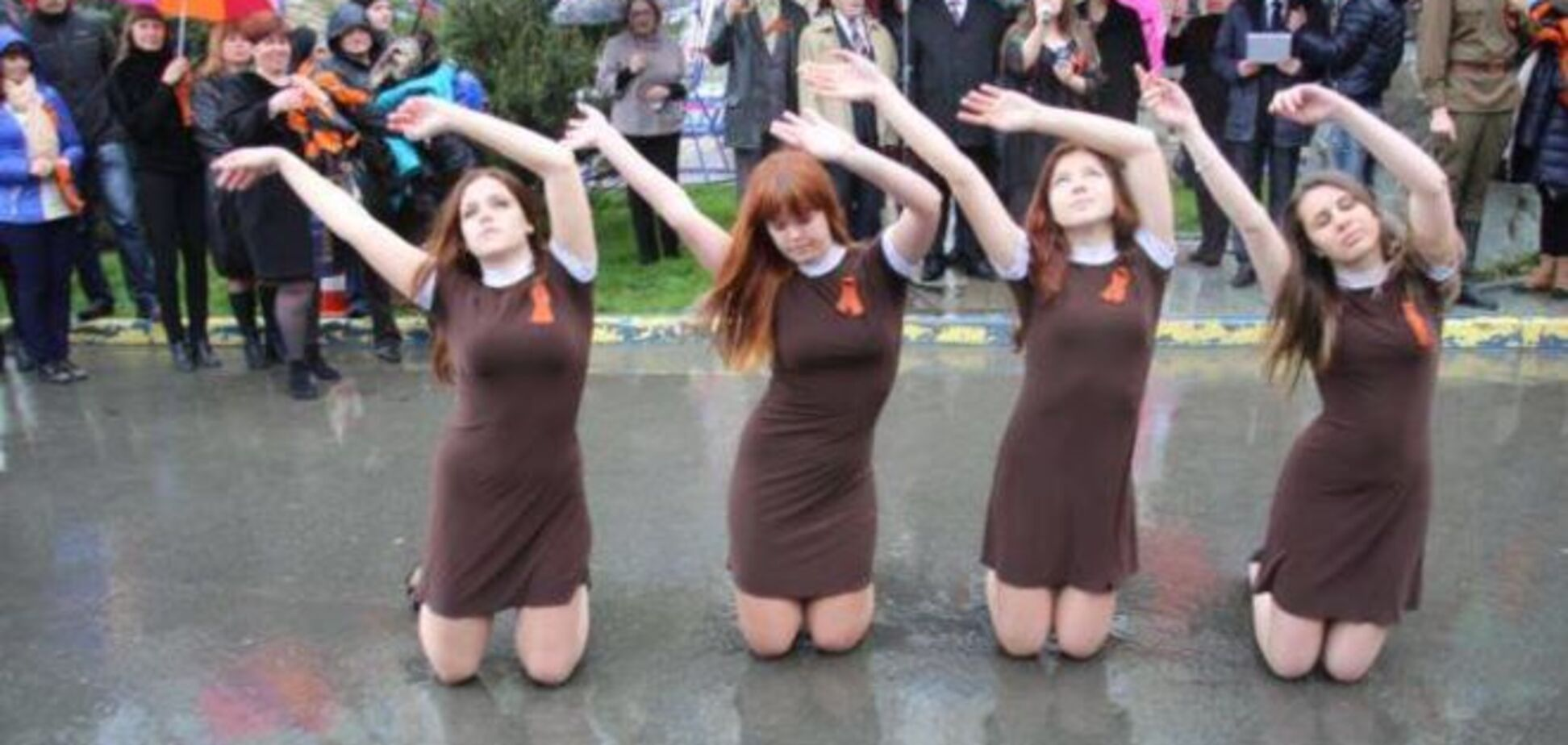 В Крыму девушки танцевали на коленях в воде на фоне 'георгиевских' лент