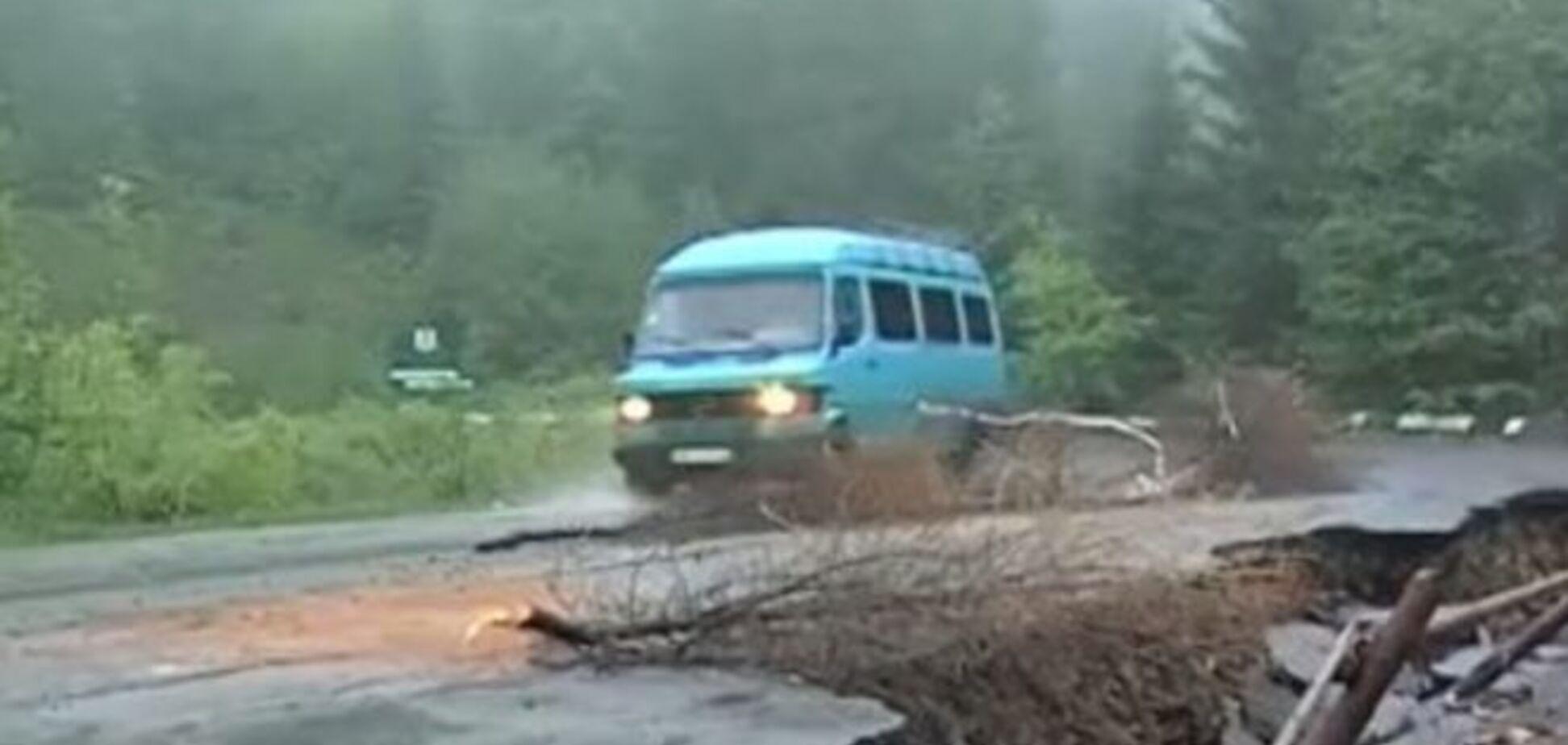 Дорога смерти: на Закарпатье перевал с туристами может рухнуть в любую минуту – фотофакт
