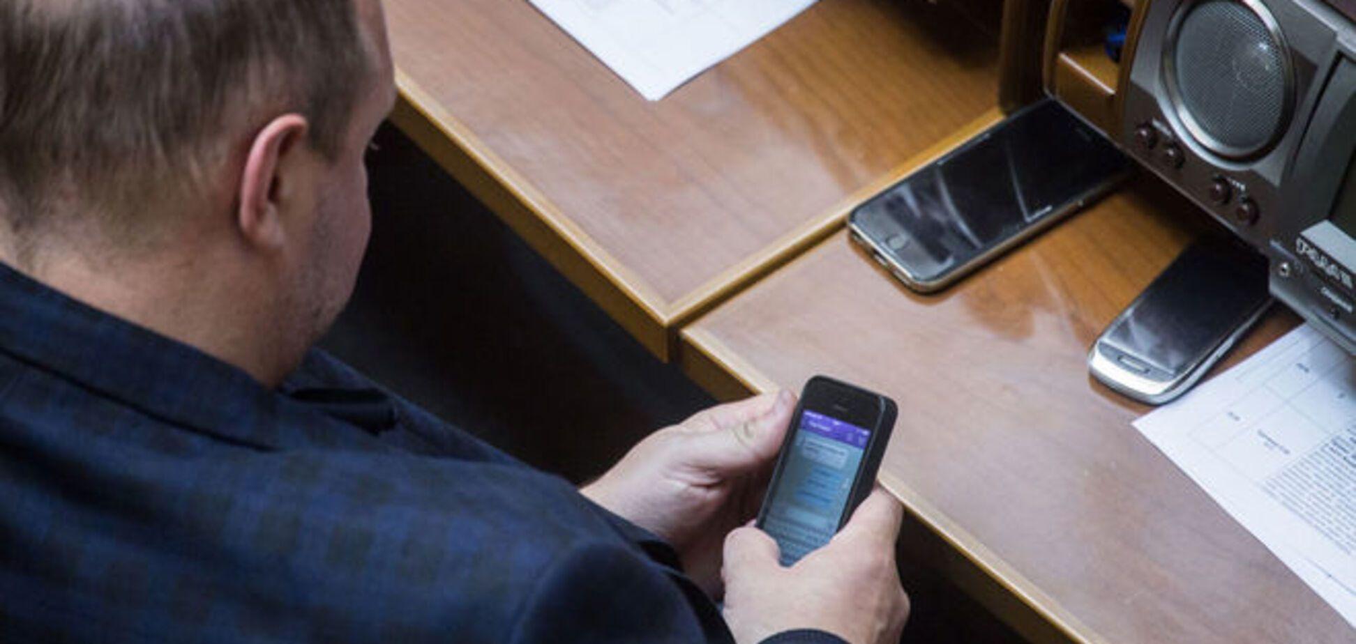 'И документы по уроду!' Мельничук в Раде торговался с Каськивым по SMS. Фотофакт