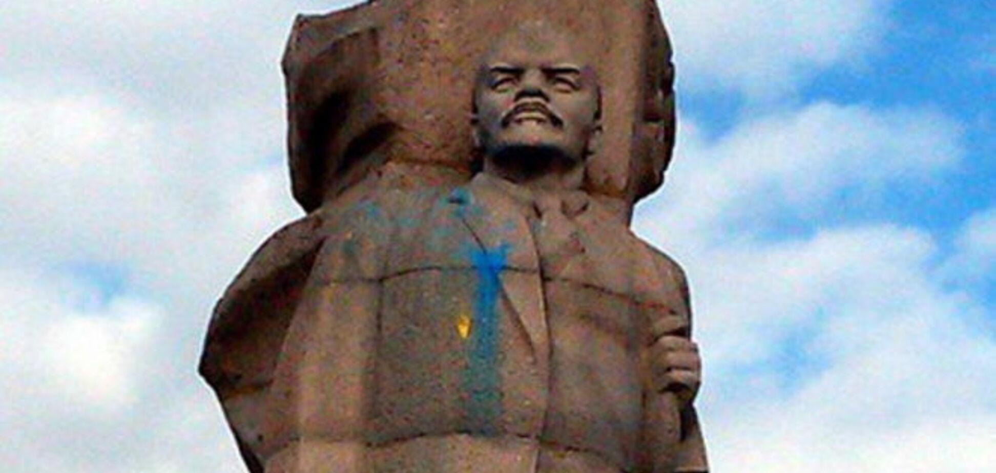 В России очередного Ленина раскрасили в цвета украинского флага: фотофакт