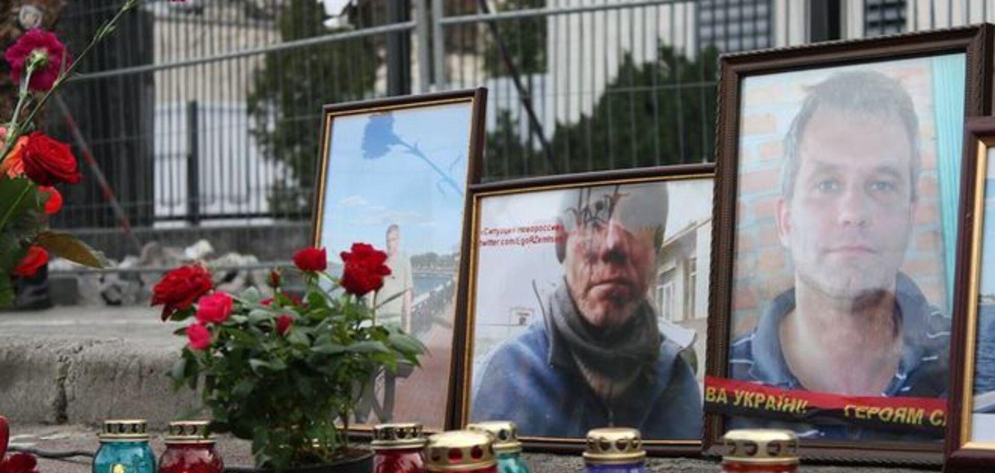 Бойцы АТО помянули погибшего товарища возле посольства России: фотофакт