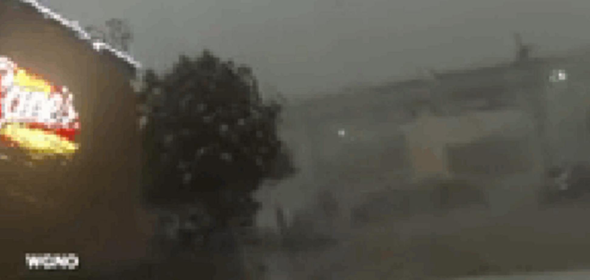 В США шквальный ветер сдул поезд с моста: шокирующее видео