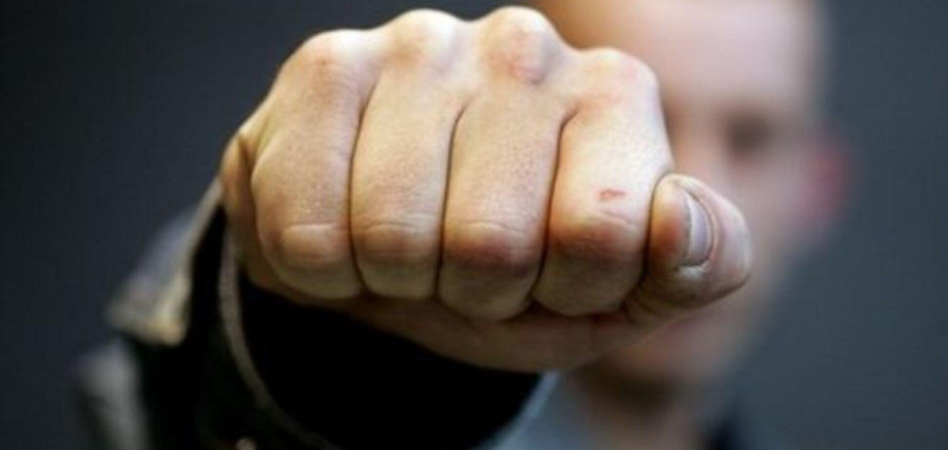 У Києві невідомий побив жінку з 7-річною дитиною
