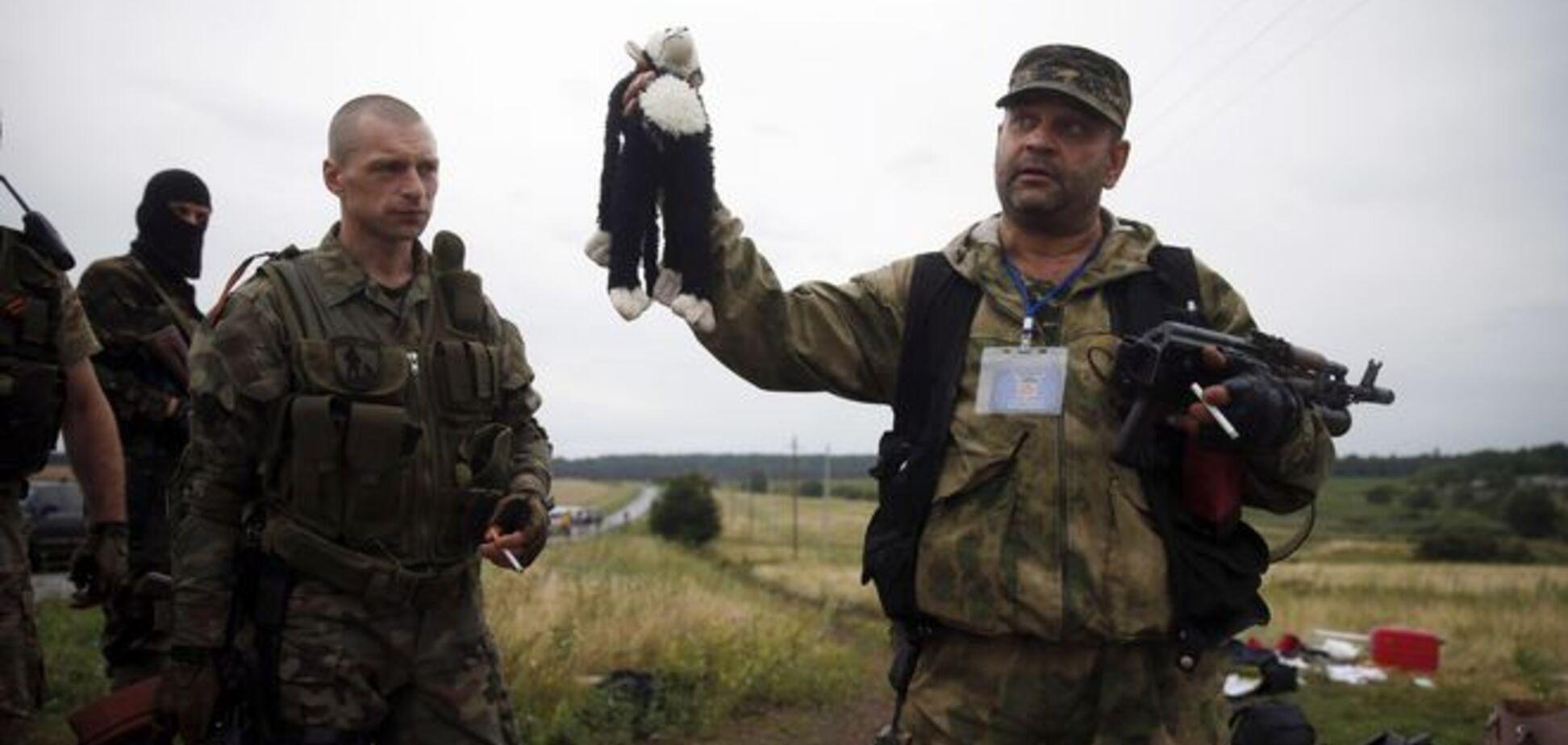 Гибель MH17: боевики снова ковыряются в обломках самолета