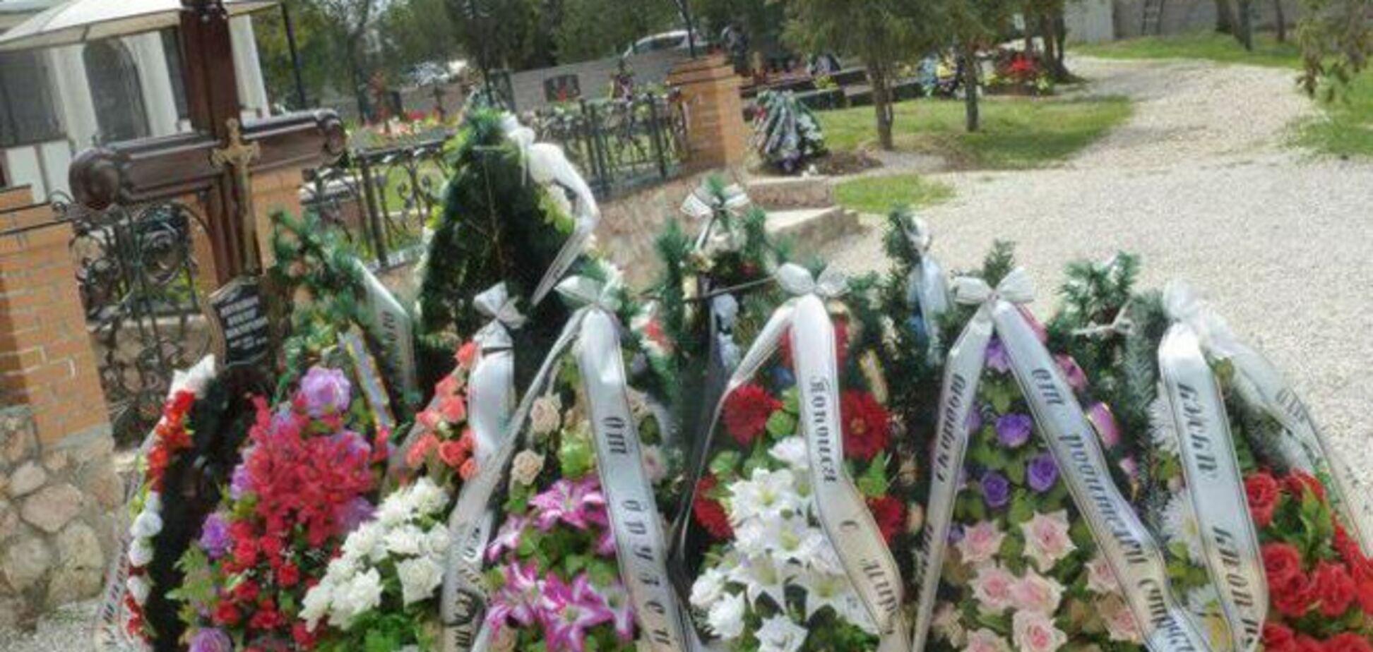 На могилі сина Януковича до порожнього хреста прибили табличку: фотофакт