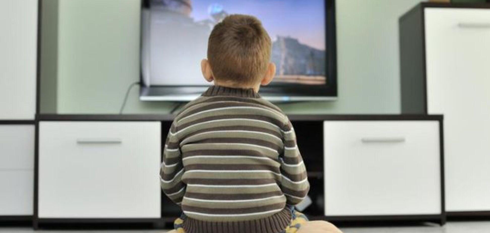 Медики: всего час перед телевизором в день вызывает ожирение у детей