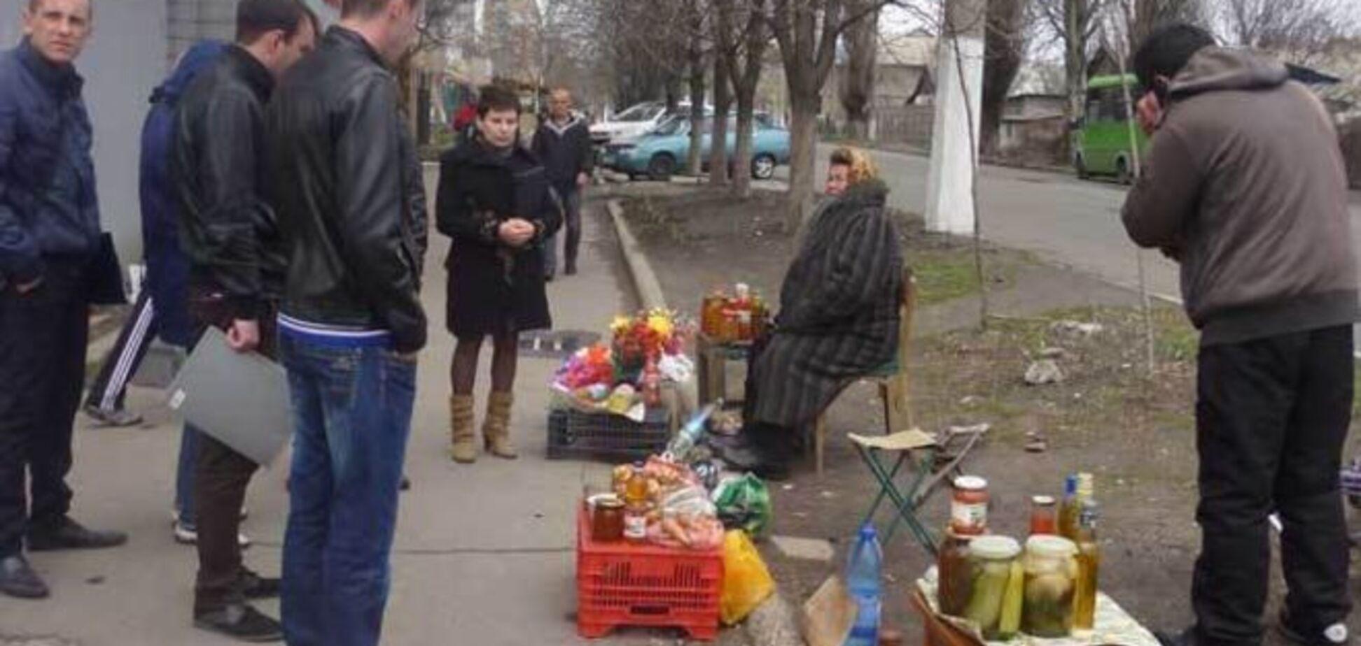 Блеск и нищета 'ДНР': террористы дарят женам шубы, а старики продают ордена
