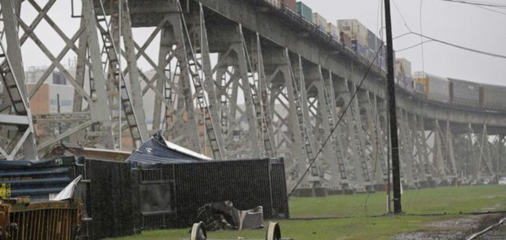 Сильный ветер снес поезд с моста: опубликовано видео
